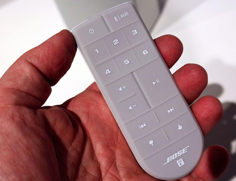 Fjernkontrollen er nyttig, og gjør at du kan bruke høyttaleren også uten mobil eller nettbrett. Symbolene nederst erstatter den gamle måten å merke favoritter på.Foto: Espen Irwing Swang, Tek.no