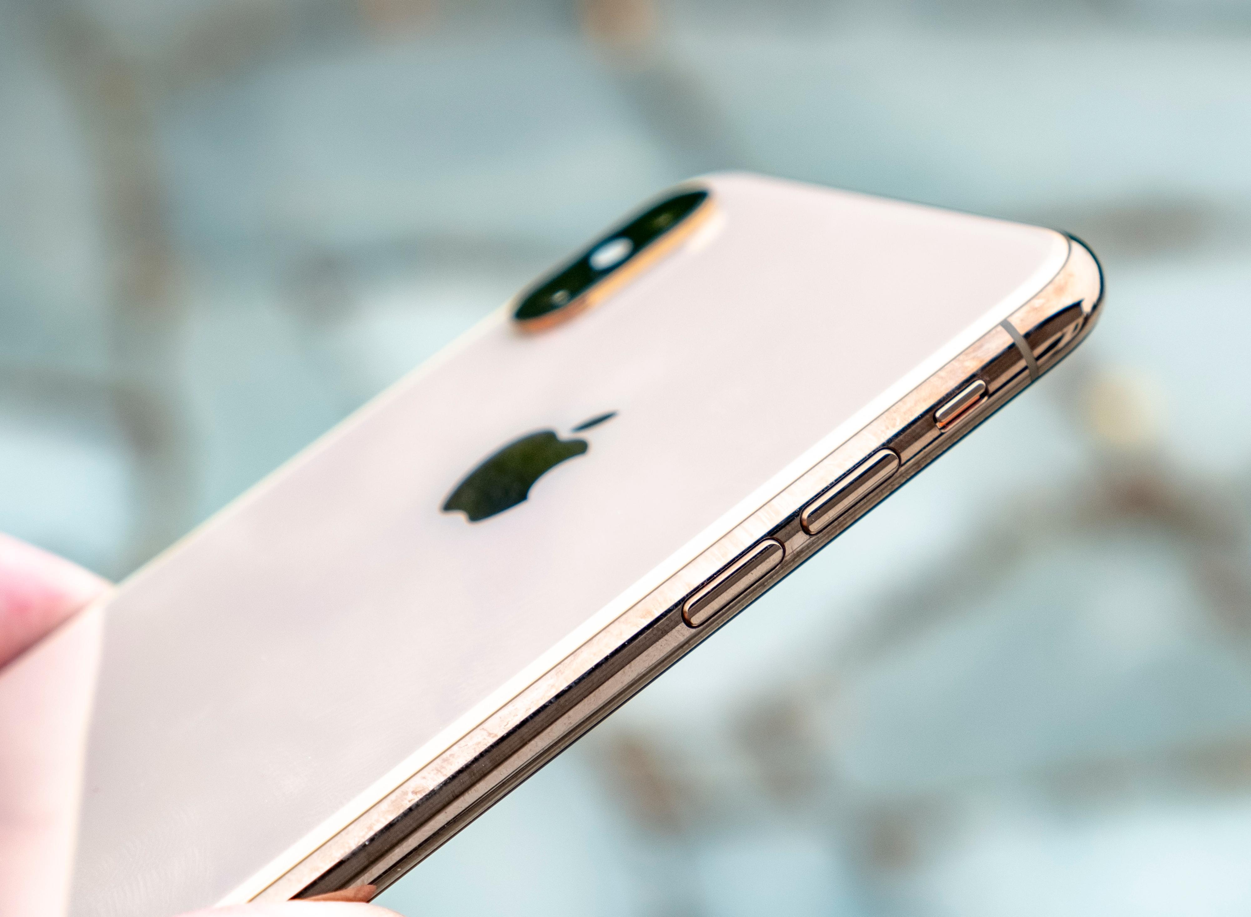 Baksiden av iPhone Xz Max i gull minner mye om fjorårets iPhone 8 i gull. Rammen er i en slags gull-/kobber-farget stål, mens brunrosa er mer dekkende for glasset. Det veksler avhengig av lys mellom å se ut som på bildet og mer gullskimrende.
