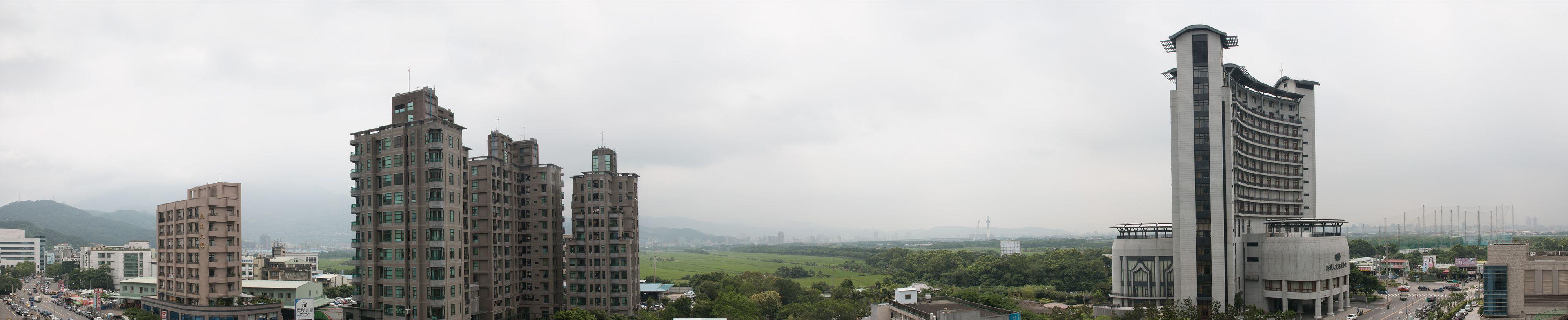 På balkongen utenfor bassenget har Asus' designere og ingeniører en panoramautsikt over et av Taipeis naturreservater.Foto: Varg Aamo, Hardware.no