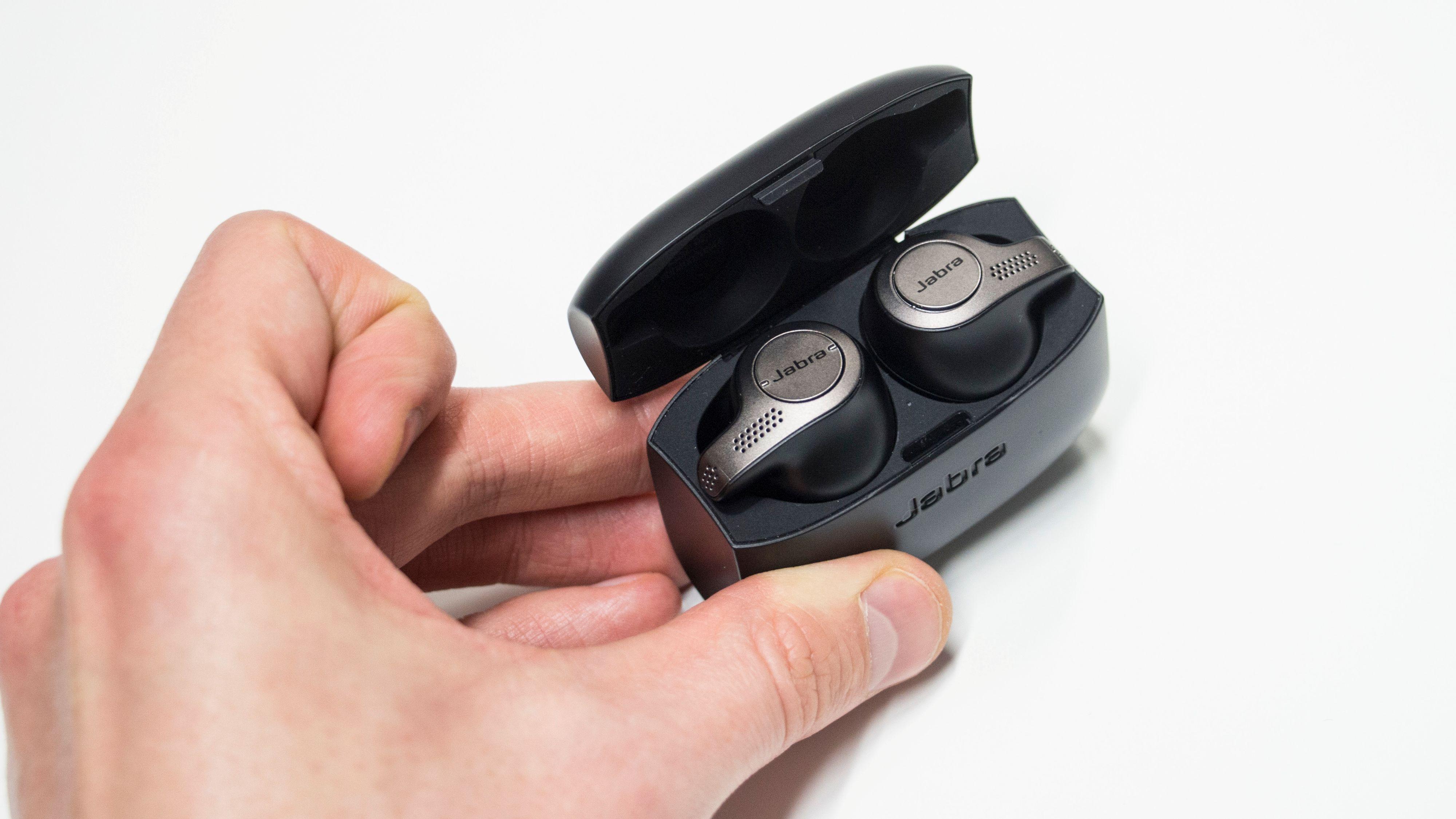 Ørepluggene klikker lett på plass i etuiet, der de kan lades til fullt to ekstra ganger.