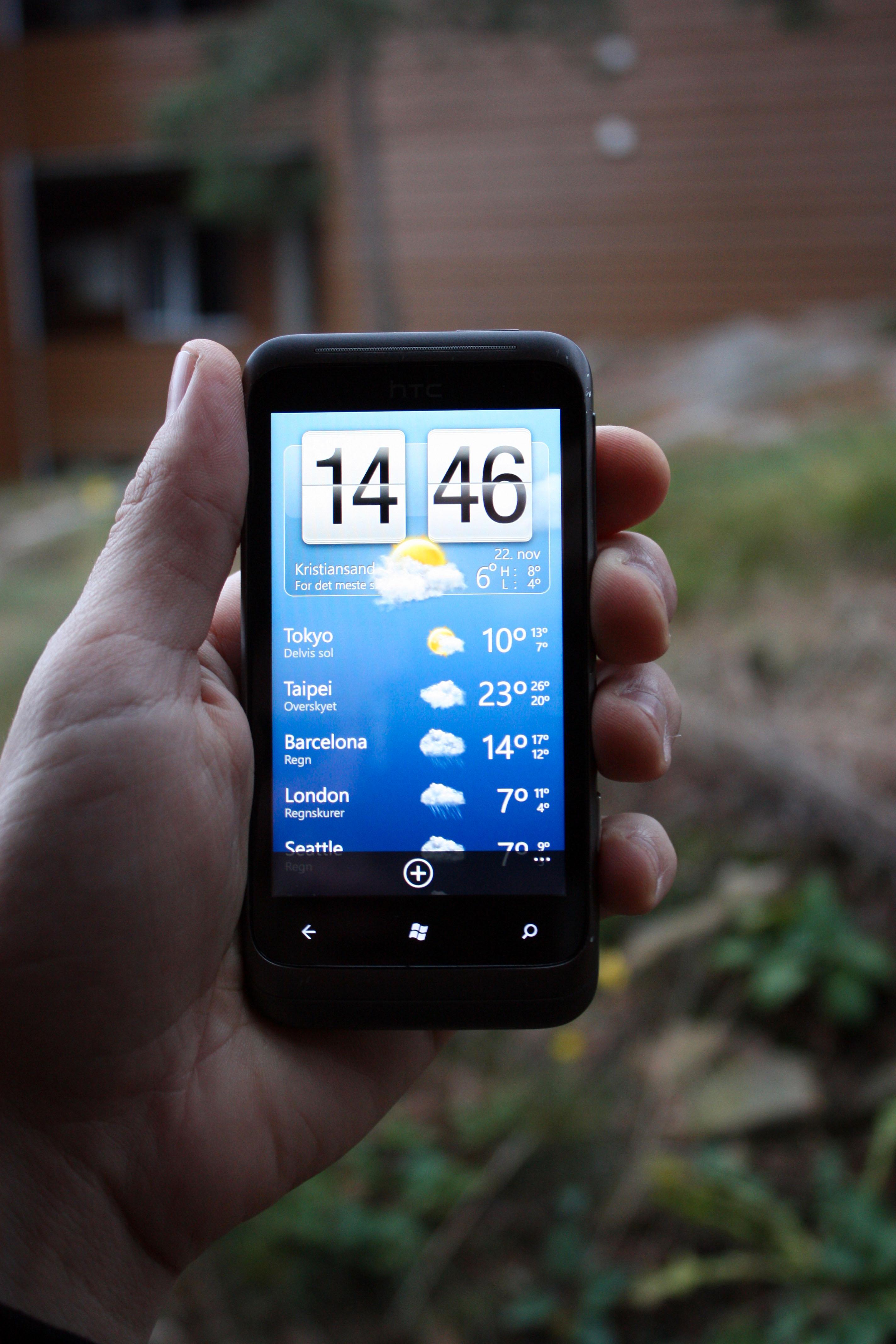 HTCs kjente klokke- og væroppdatering er selvsagt på plass.