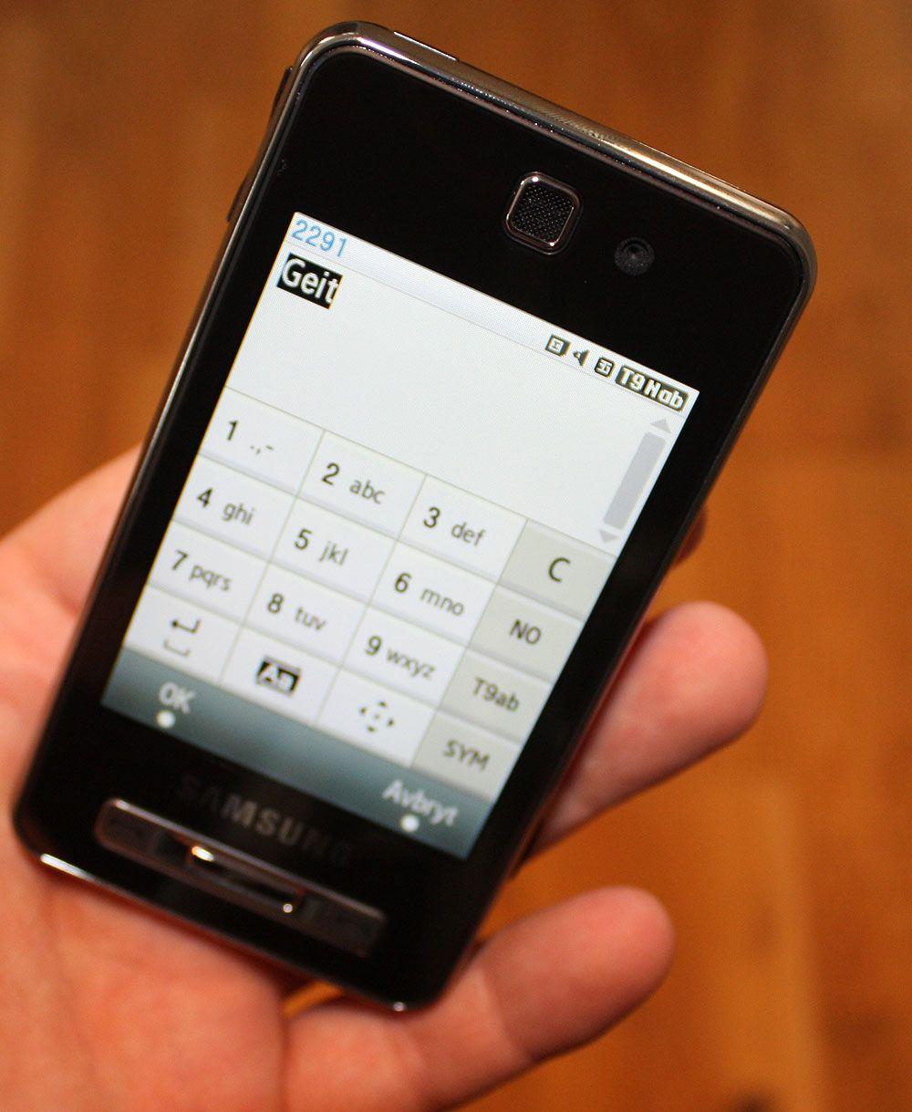 SMS-funksjonen er litt tungvint, siden du må løfte fingeren fra skjermen hver gang du har trykket.