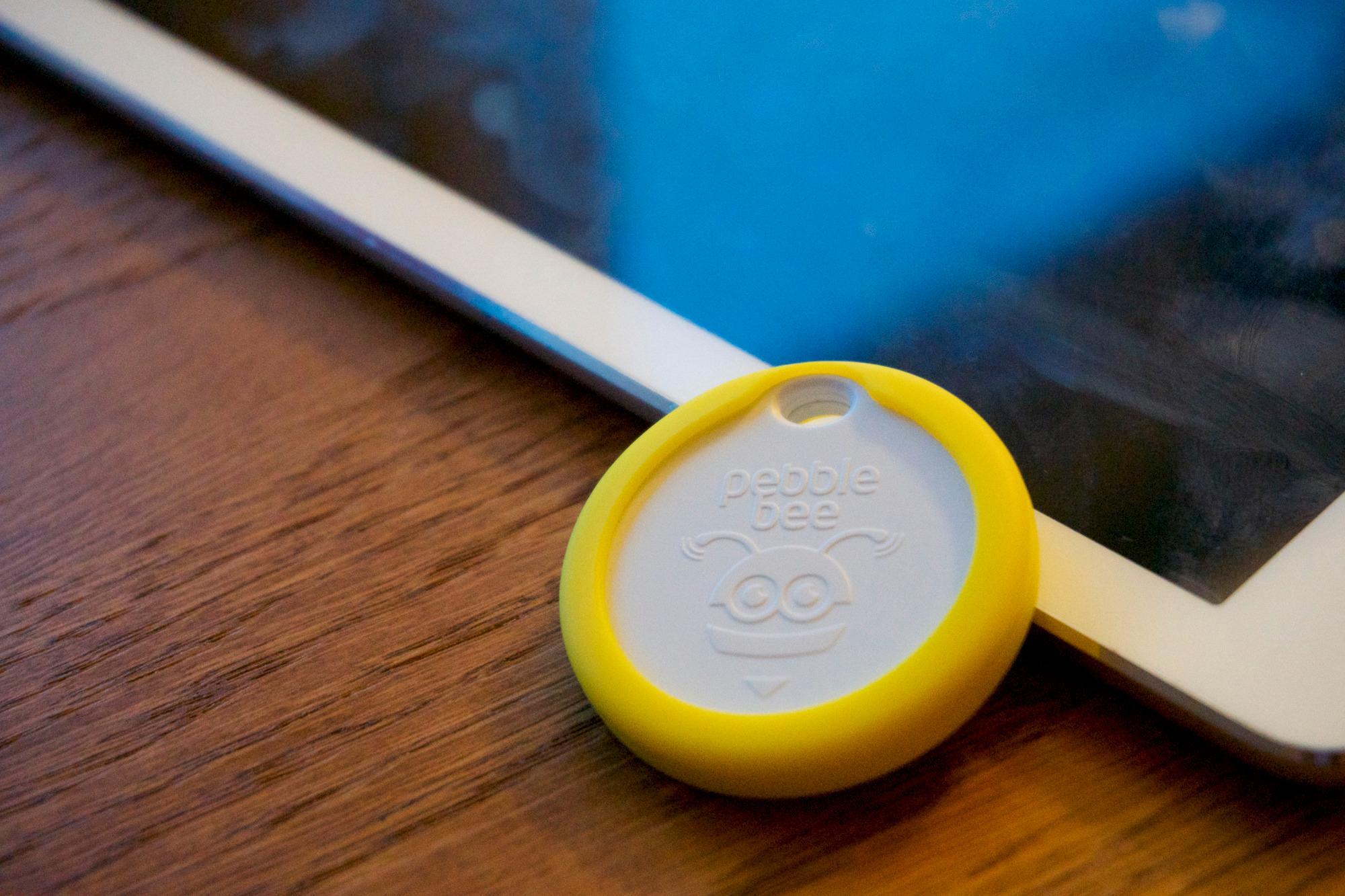 Pebblebee Honey er i utgangspunktet hvit, men kommer med fargerike gummideksler du kan feste rundt.