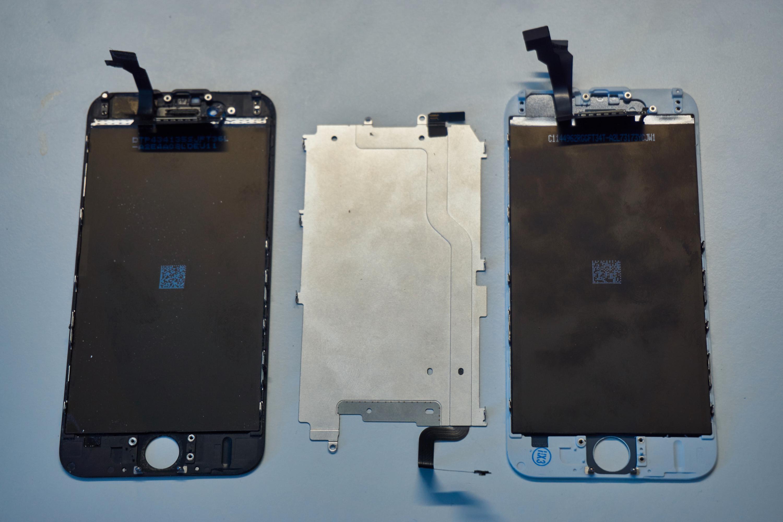 18. Fjern LCD-bakdekselet. Her er de to skjermene helt ribbet, med bakdekselet mellom seg.