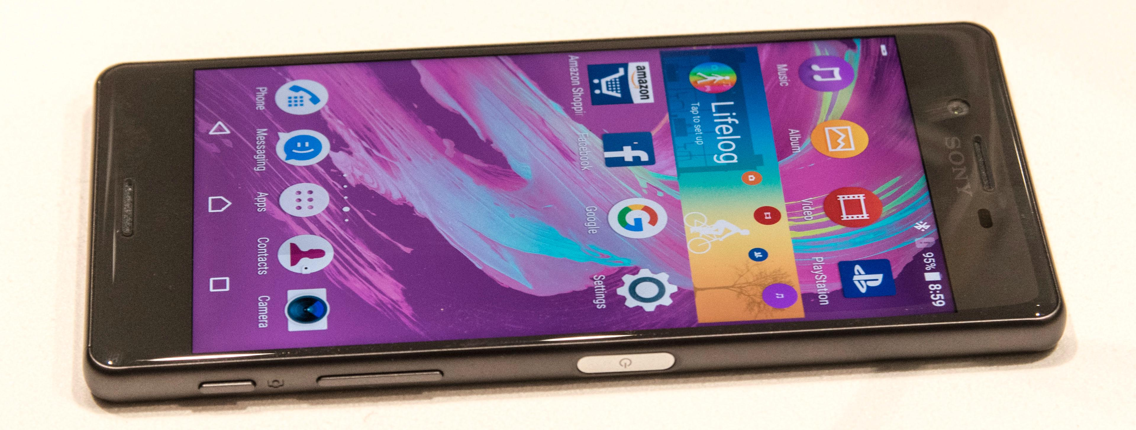 Fargerike bakgrunnsbilder og en menydesign vi kjenner. I bunn er det Android 6.0.1 som kjører.