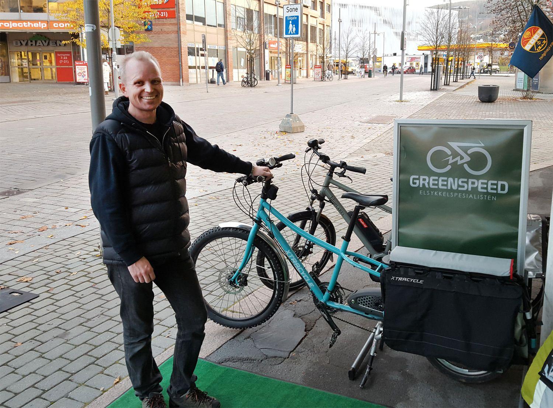 André Sæther ved Greenspeed Drammen viser frem variasjonen av elsykler. Her med en modell som kan ta to-tre barn på baggasjebrettet eller en kajakk på hver side. Bilde: , Tek.no