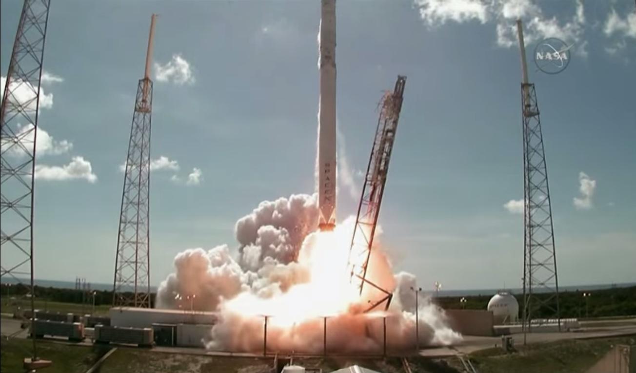 Her er SpaceX-raketten i ferd med å lette fra bakken. Noen sekunder senere går den i oppløsning. Foto: YouTube/NASA