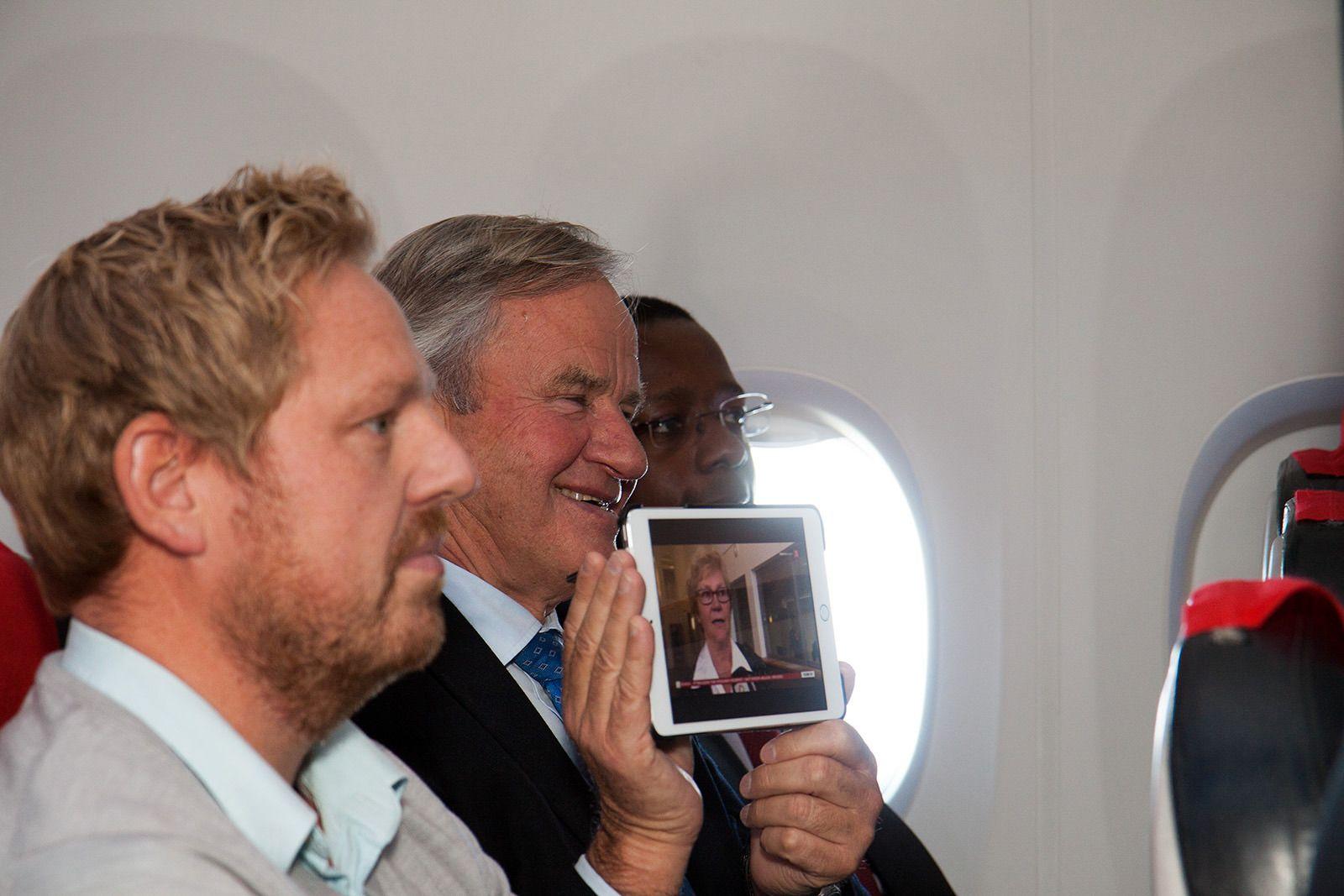 TV 2s nyhets- og sportsredaktør Jan Ove Årsæther (til venstre) og Bjørn Kjos. Foto: Kurt Lekanger, Tek.no