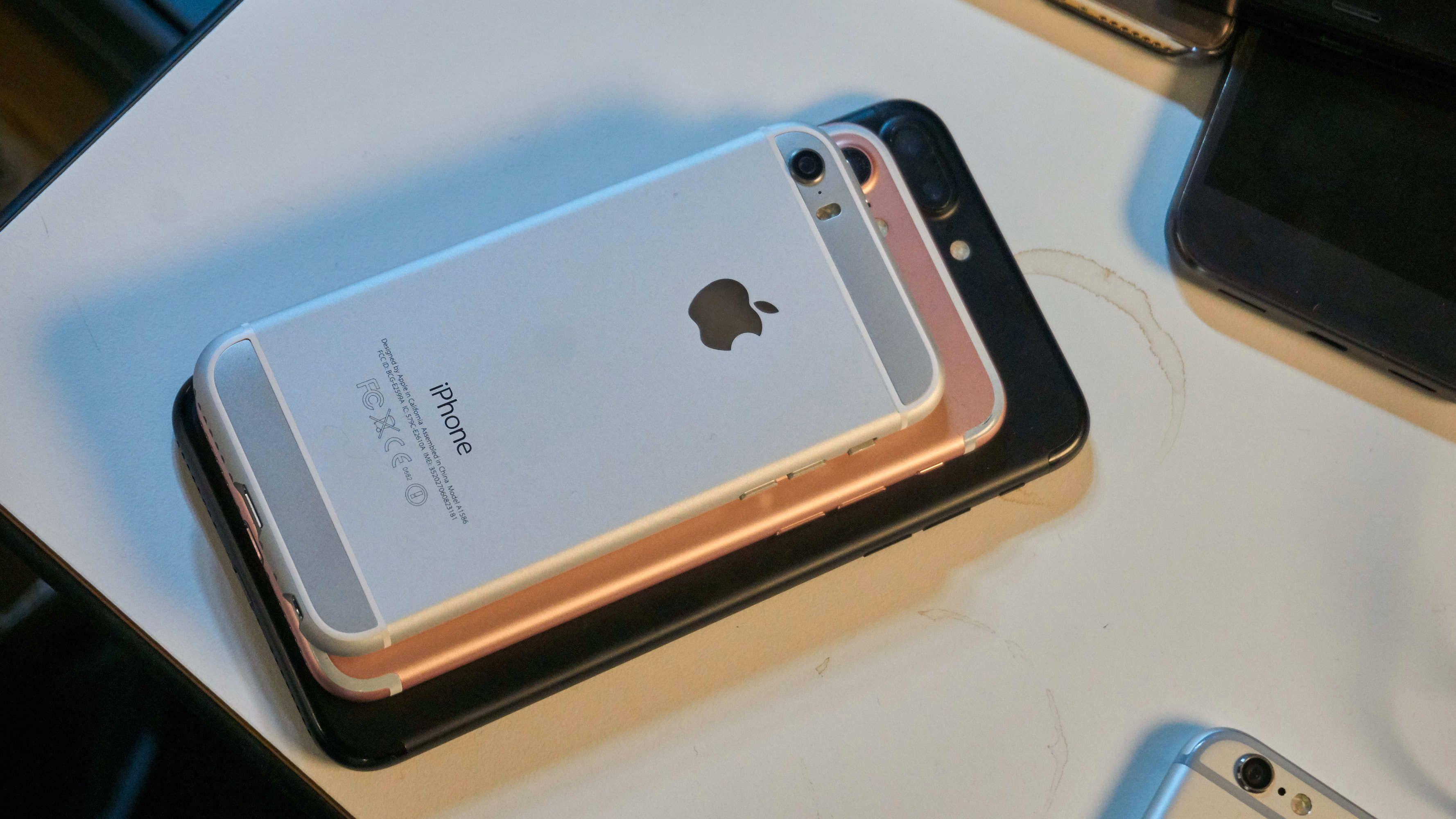 Den lille, nye iPhonen på toppen av en iPhone 7 og en iPhone 7 Plus.