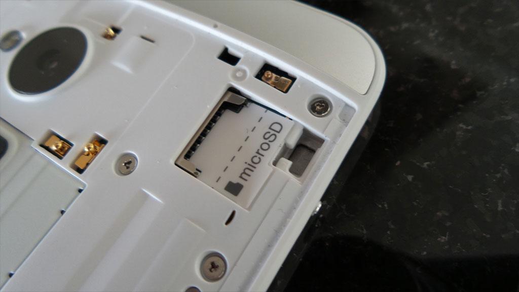 Omsider har HTC fått minnekortporten på plass igjen.Foto: Espen Irwing Swang, Amobil.no