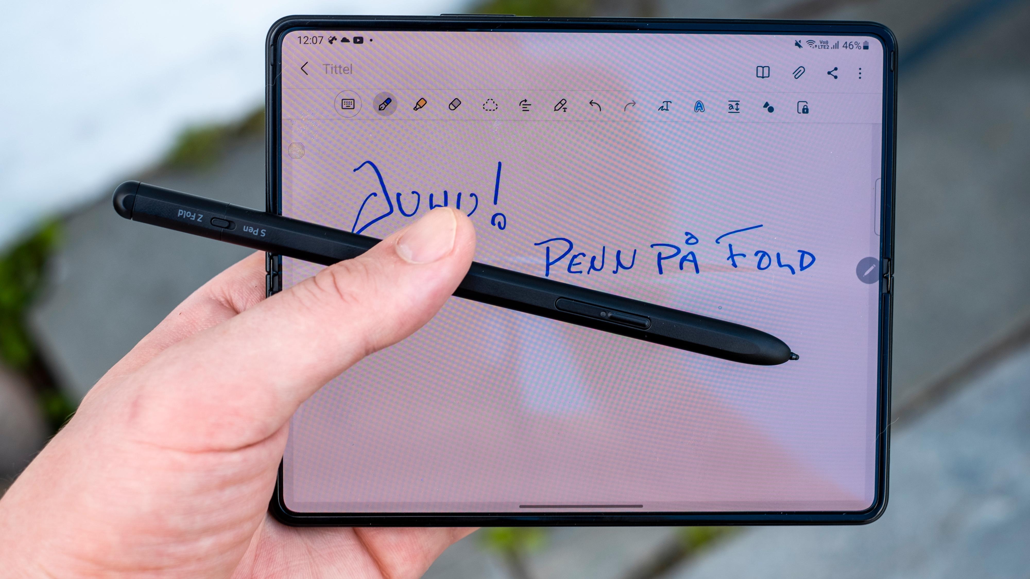 Digital S Pen-støtte er på plass. Ved forhåndsbestillinger følger det med en pakke som inneholder en vanlig enkel penn. Versjonen på bildet er en Pro-versjon med batteri og Bluetooth for fjernstyring - den lades med USB-C, og er vesentlig bedre for store never enn de fleste andre digitale penner.