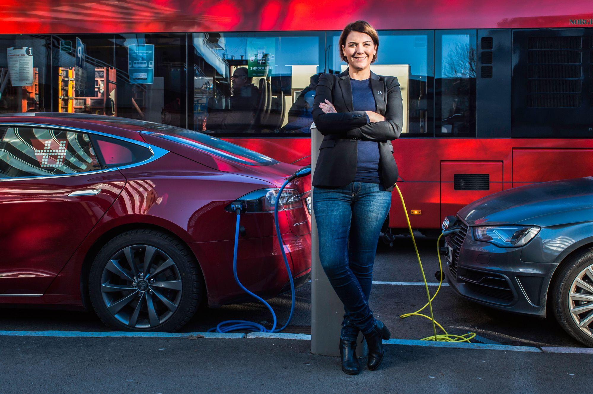 Christina Bu i Elbilforeningen mener det ikke er rart at forbrukerne reagerer på Teslas praksis.
