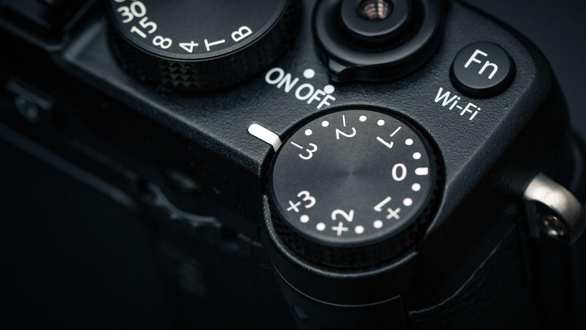 X-E2s eksponeringskompensasjons-hjul. (Foto: Johannes Granseth)