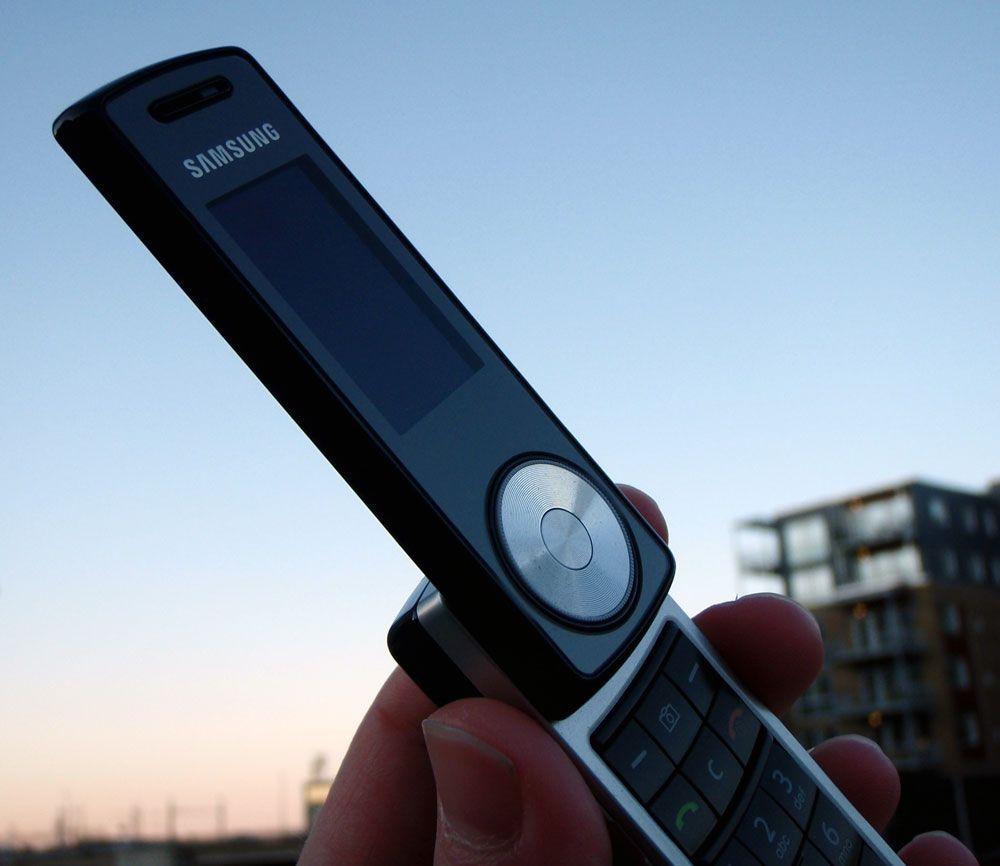 Sort og sølv preger telefonens ytre.