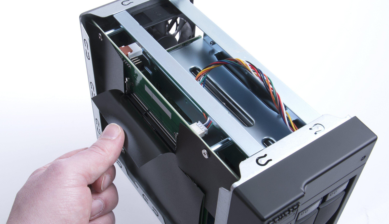 Asustor AS5002T er utstyrt med to plasser for minnemoduler, noe som gjør det enkelt å oppgradere til mer RAM. Foto: Vegar Jansen, Tek.no