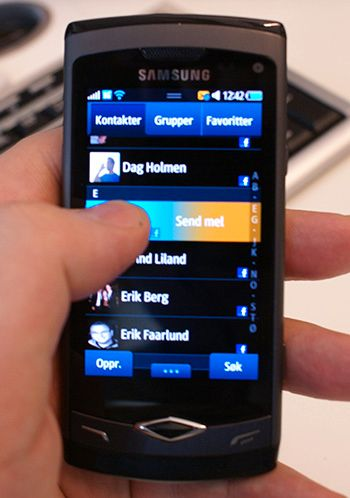 Å dra fingeren mot venstre i kontaktlisten sender en melding. Trekker man fingeren mot høyre ringer man.