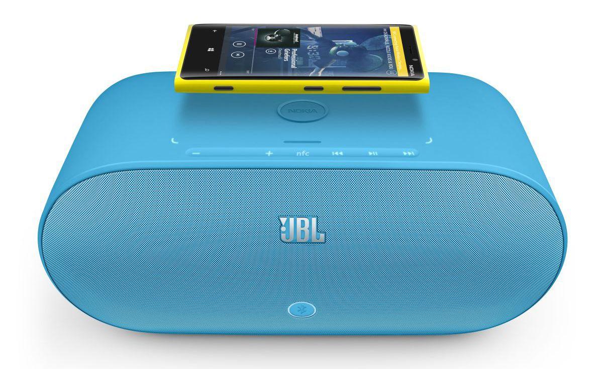 NFC kan forenkle tilkoblingen til trådløse høyttalere, slik som denne fra JBL. Akkurat denne modellen har også trådløs induksjonslading som fungerer med Nokias nye Lumia-telefoner. Flere nye teknologier samtidig, altså.