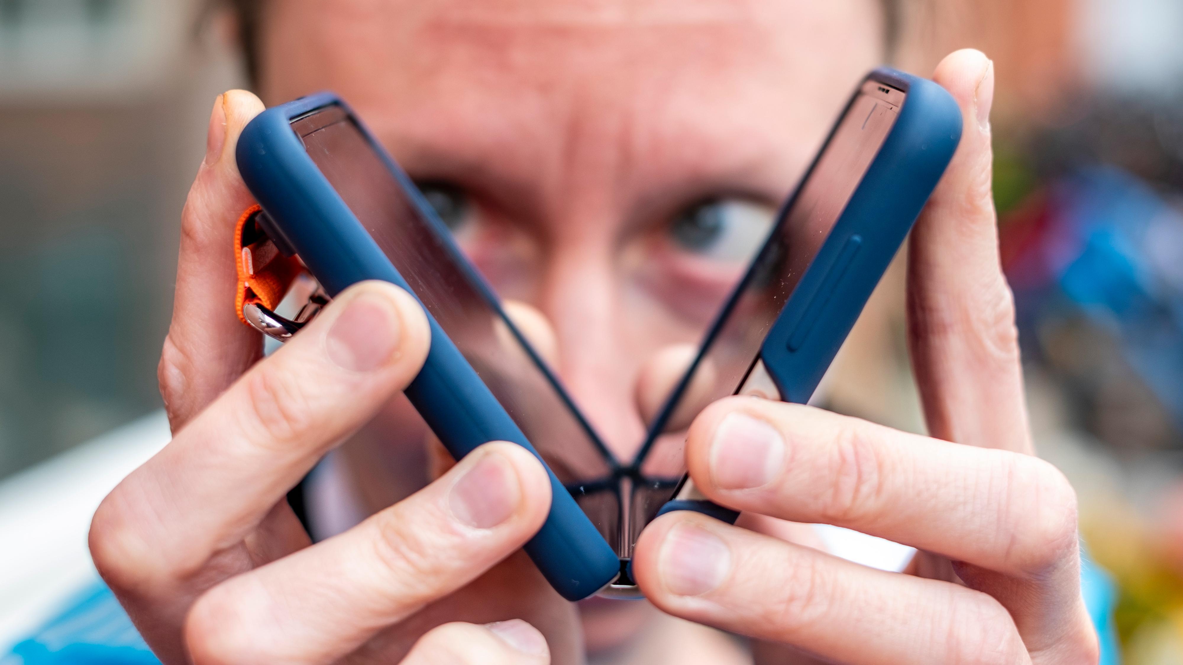 Det er noe eget ved en telefon du bare kan klappe sammen. Enten du vil sette endelig strek for det du holdt på med, eller bare legge på med litt ekstra iver når «Microsoft support» ringer.