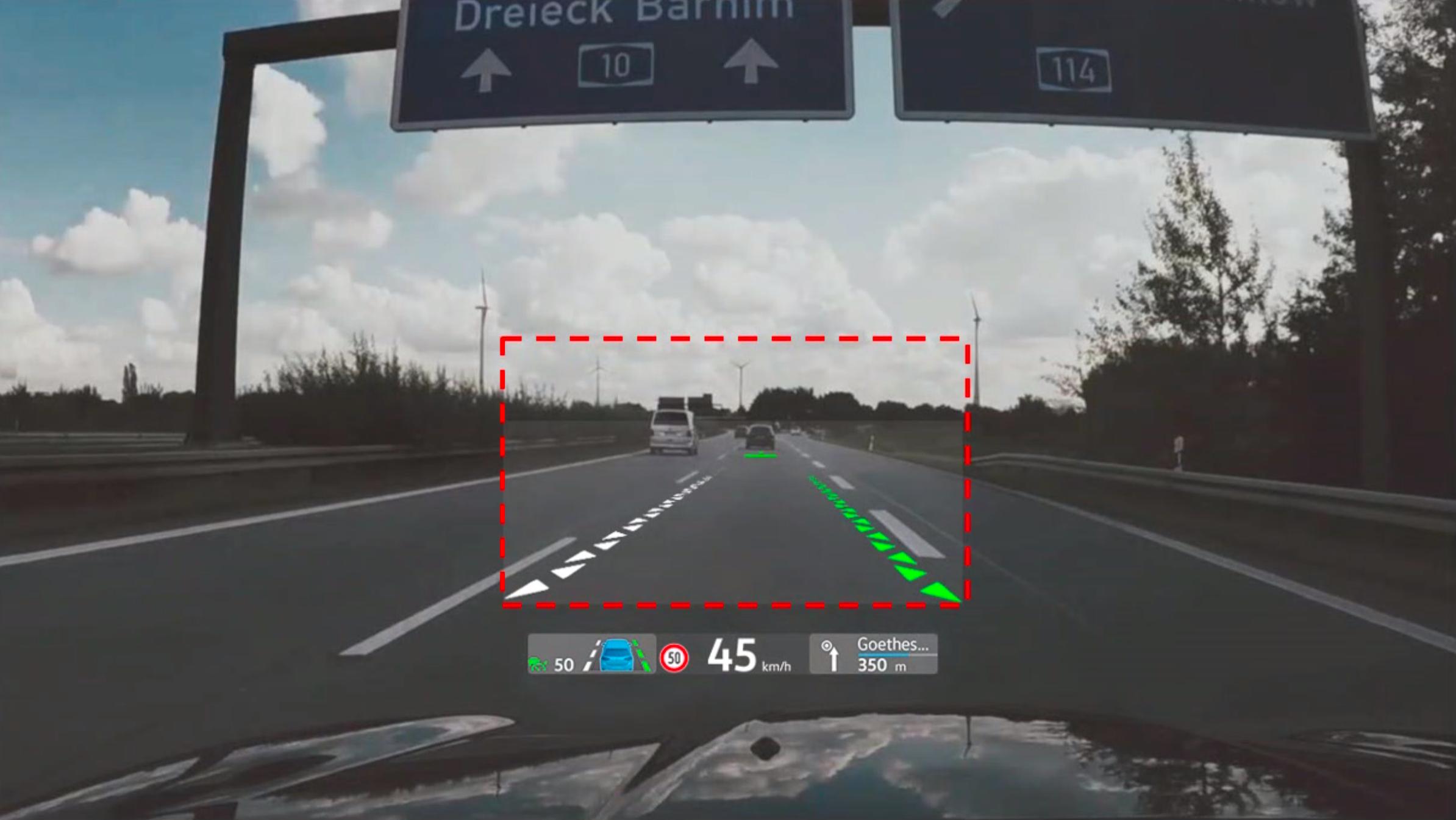 Det er augmented reality-delen av headup-displayet (innenfor den stiplede linjen) som ikke vil være tilgjengelig fra start. Vanlige navigasjonsanvisninger og liknende vil imidlertid være tilgjengelig.