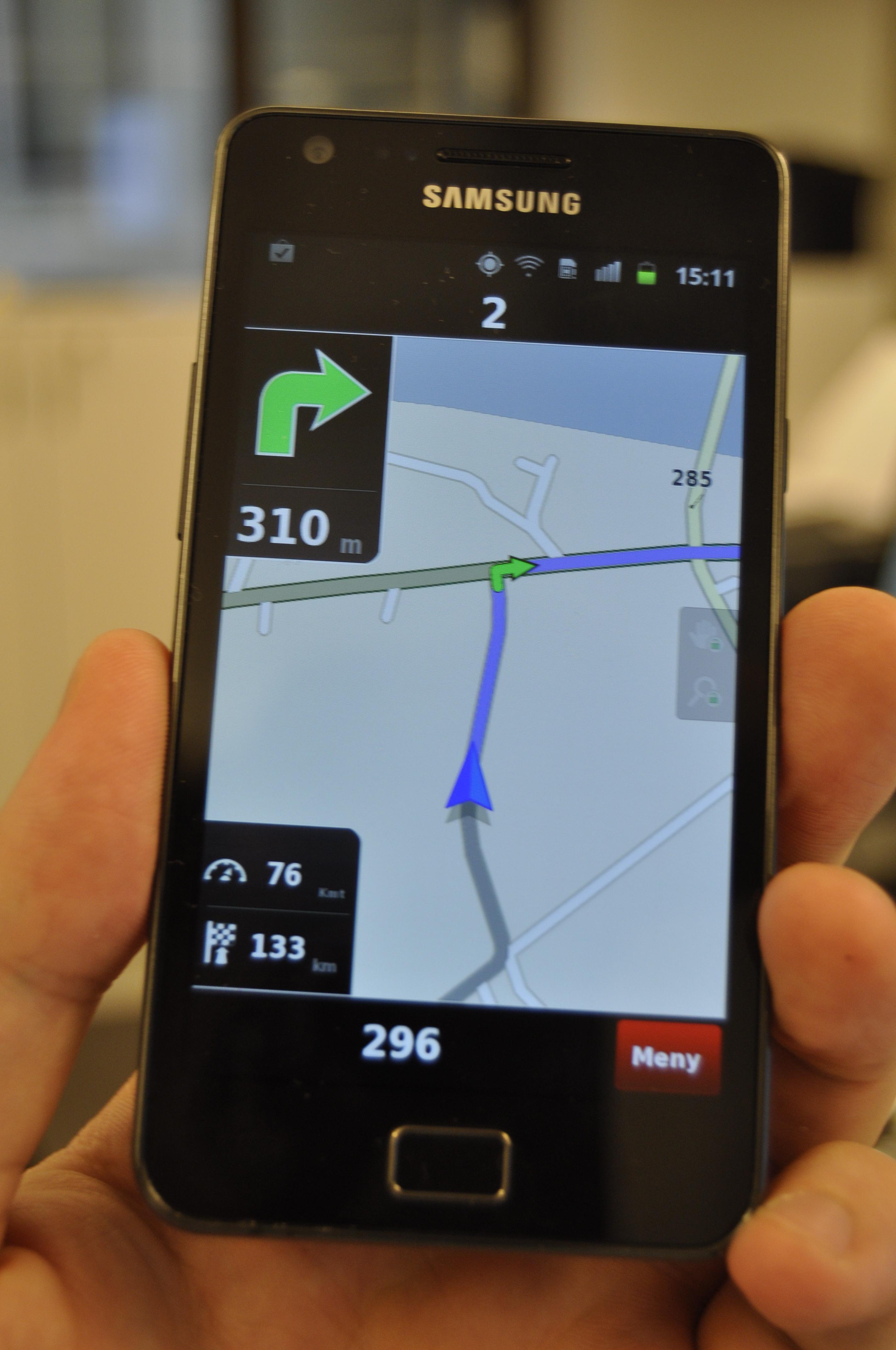 Samsung Galaxy S II er den heftigste telefonen på markedet, og den har den beste skjermen vi har sett. Sammen med Ndrive er den en utmerket navigasjonshjelp.