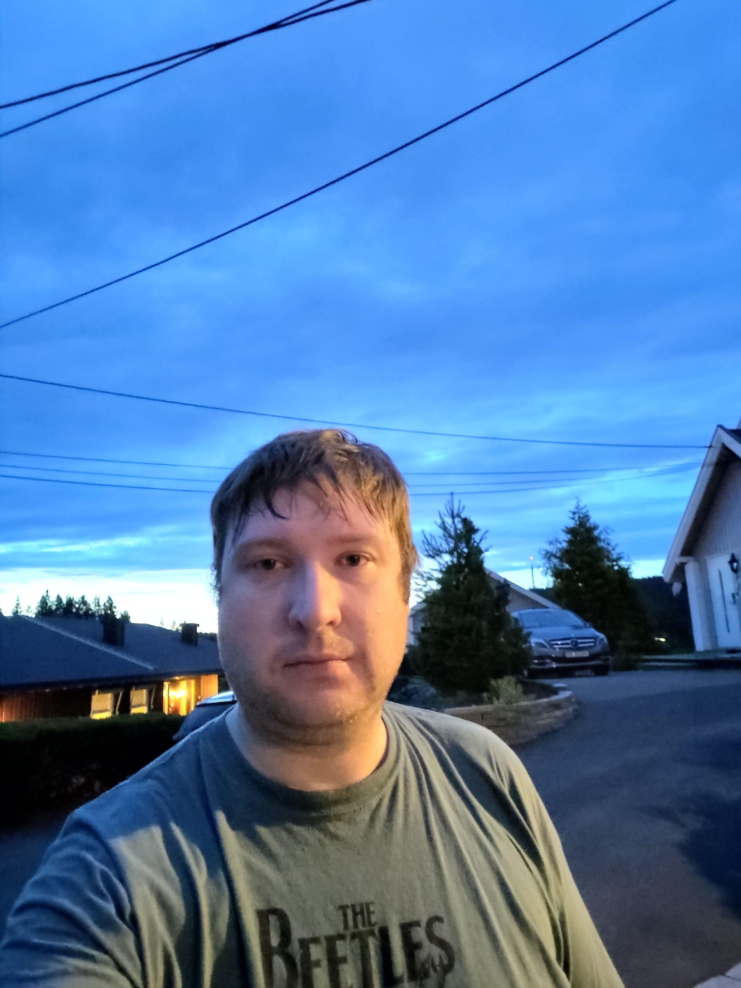Selfier tas med hovedkameraet og har dermed samme forholdsvis gode kvalitet som vanlige bilder.