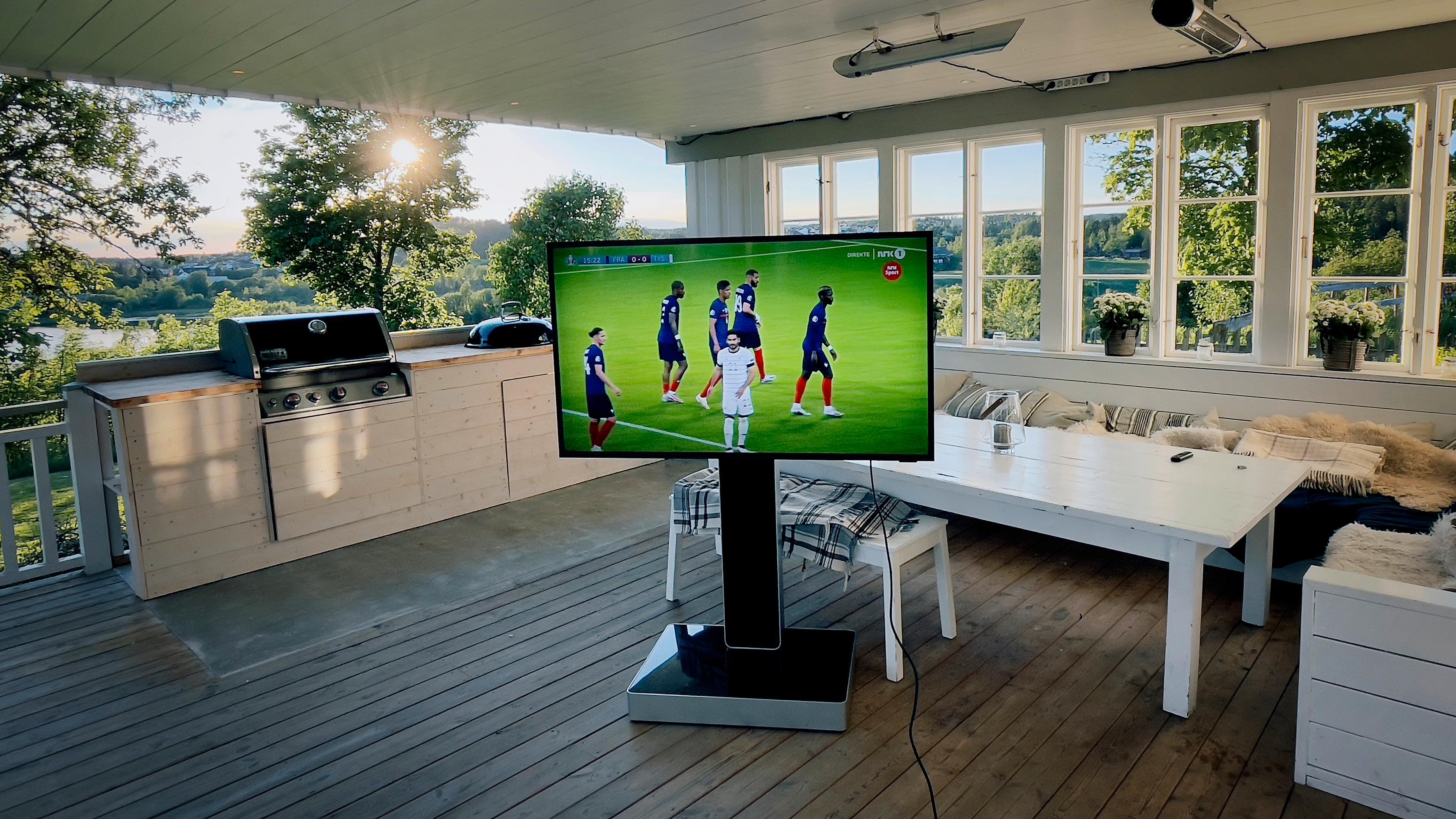 The Terrace er laget for å stå utendørs. Likevel bør du unngå direkte sollys og la den stå under tak.