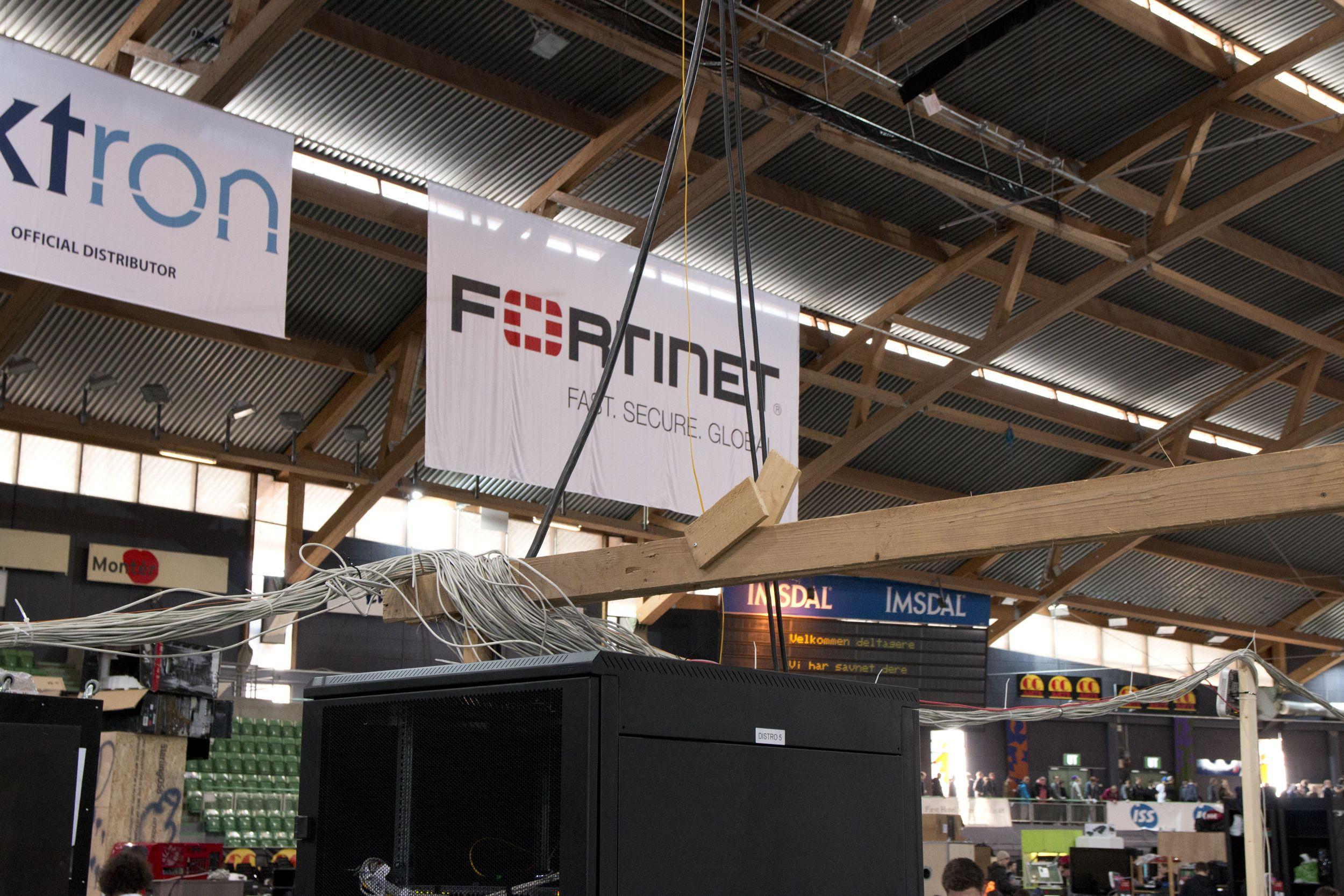 Ned til de åtte skapene nede på gulvet går det fiber- og strømkabler ned fra taket. Foto: Rolf B. Wegner, Tek.no