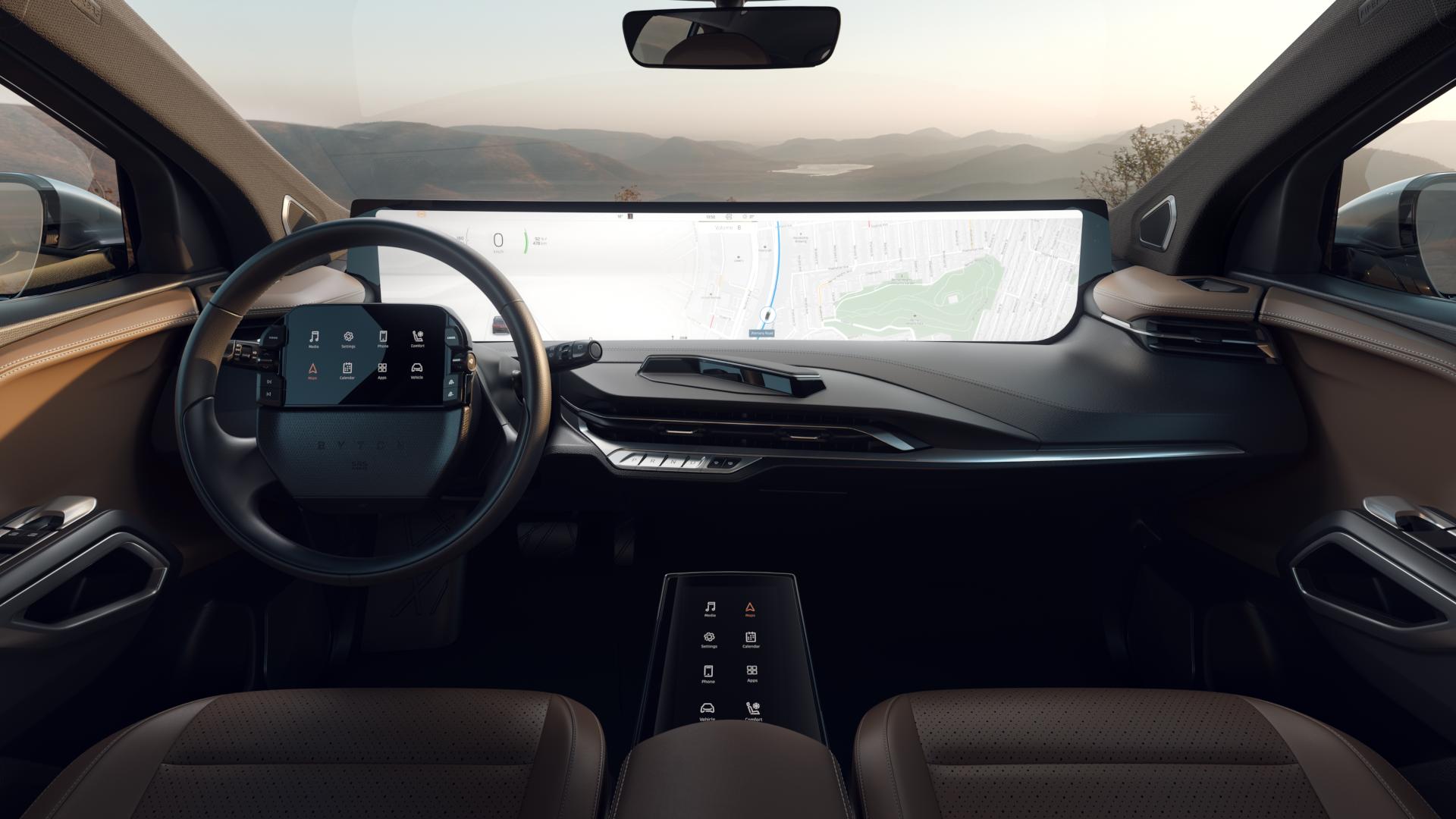 Førermiljøet har blitt utviklet en del siden lanseringen i fjor. En touchskjerm er lagt til i midtkonsollen, i tillegg til at kameraet som gjenkjenner håndbevegelser nå er vendt mot føreren. Ikke minst er bilen litt lenger unna konseptstadiet, med flere spaker og knapper på plass.
