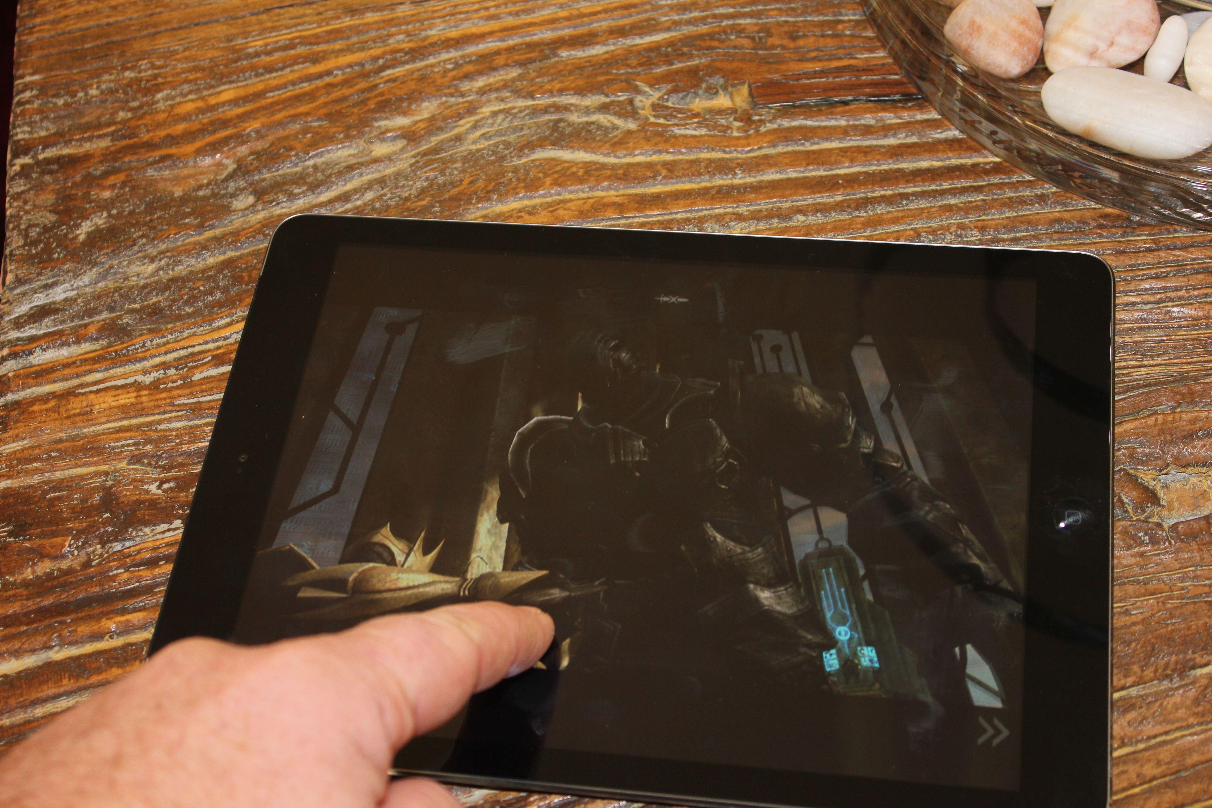 Skjermen er fantastisk. Her spiller vi Infinity Blade III. Foto: Espen Irwing Swang, Amobil.no