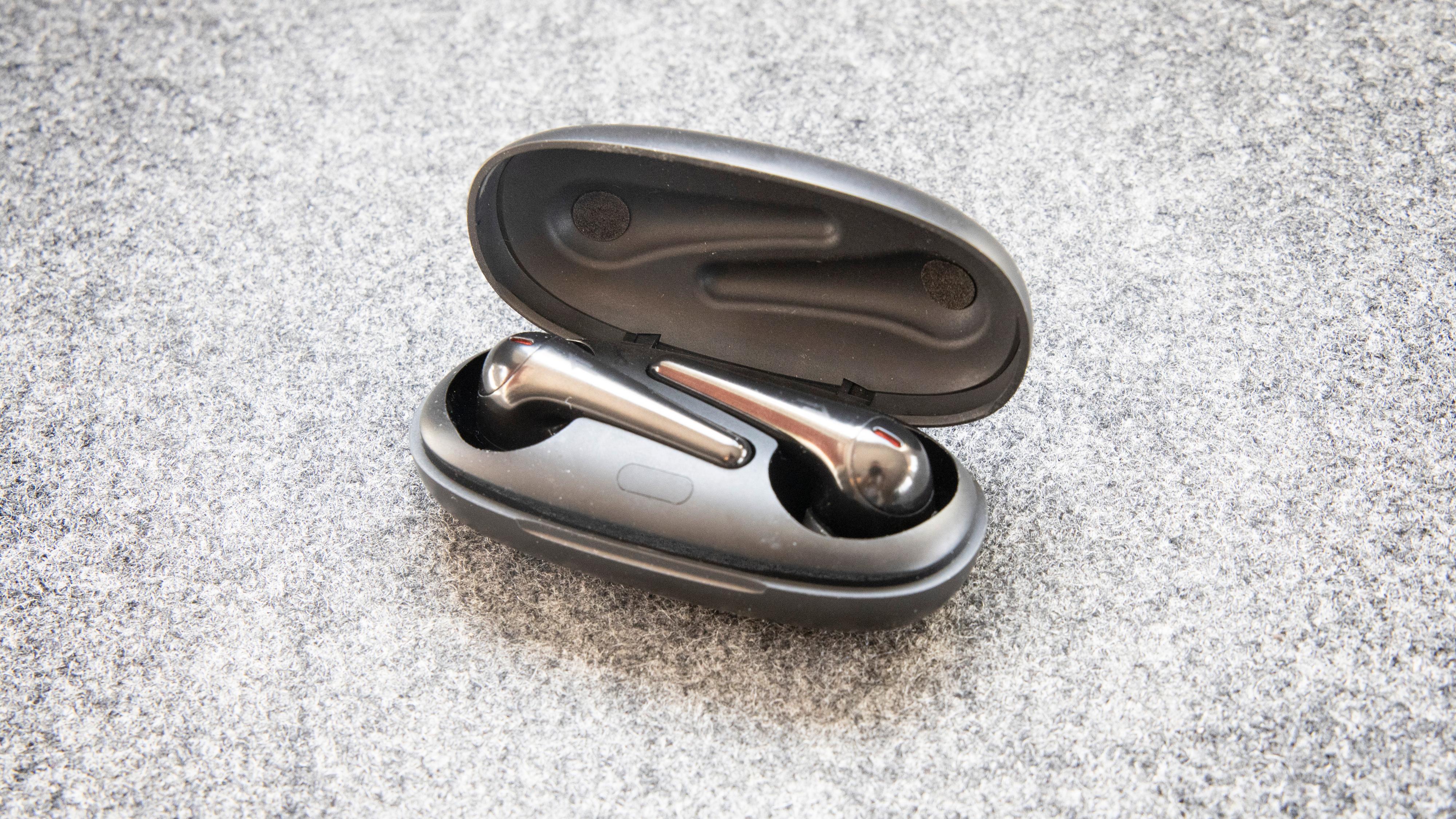 Proppene festes med magneter, og du dytter innerst på stammen for å vippe dem litt opp av etuiet.