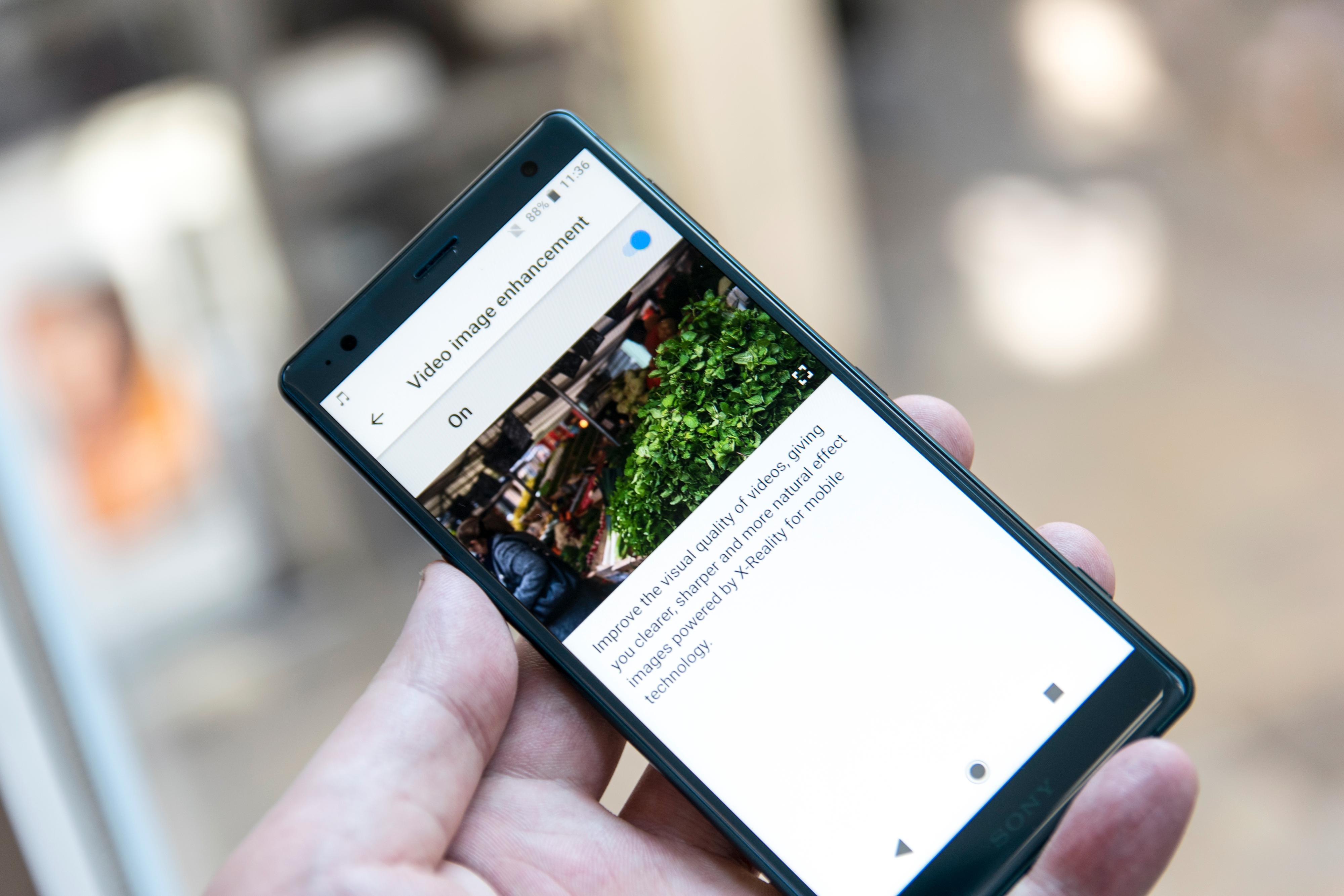 Samsung var tidlige med å legge inn jukse-HDR for eldre innhold på sin Galaxy S8. Nå har også Sonys heftigste Xperia-modell en liknende løsning. Det er svært praktisk, siden det meste innholdet på nett enn så lenge ikke har HDR-informasjon.