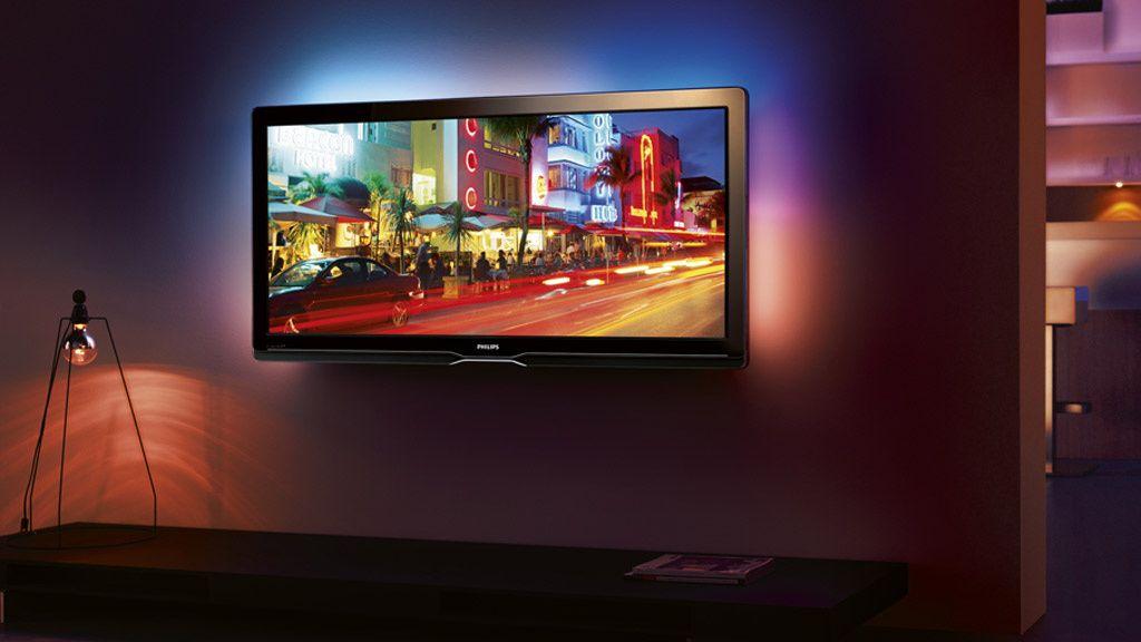 Har du en TV med Ambilight gjør den seg ekstra godt på veggen.
