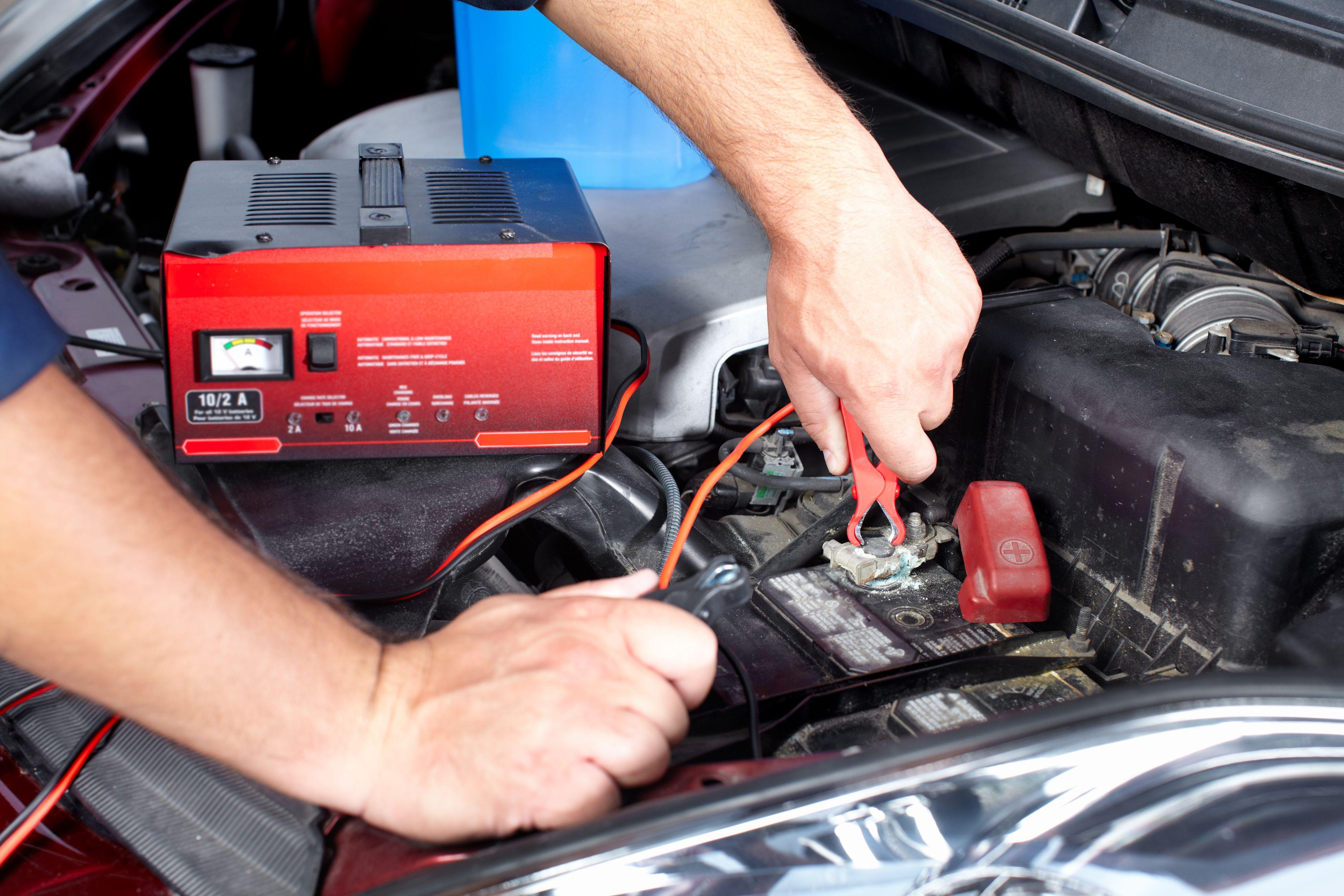 Man må fortsatt være litt varsom med lading av startbatterier i bil. Men en elektronisk styrt lader gjør vedlikeholdet vesentlig enklere. Foto: kurhan / Shutterstock.com