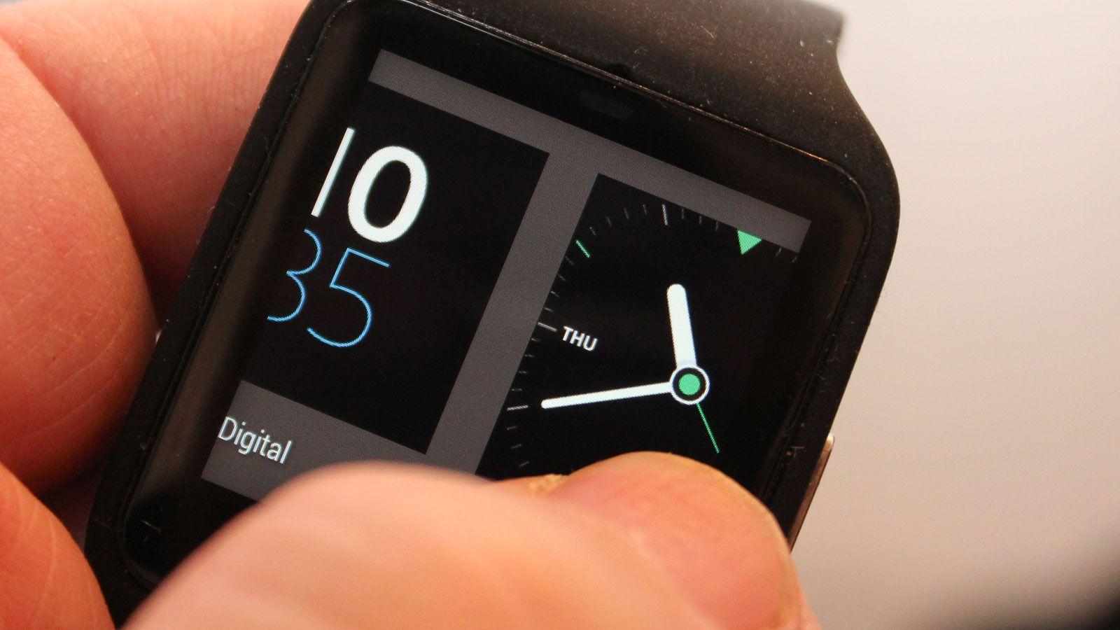Trykk og hold på klokkeskjermen, og du får tilgang til flere skjermoppsett du kan velge mellom.Foto: Espen Irwing Swang, Tek.no