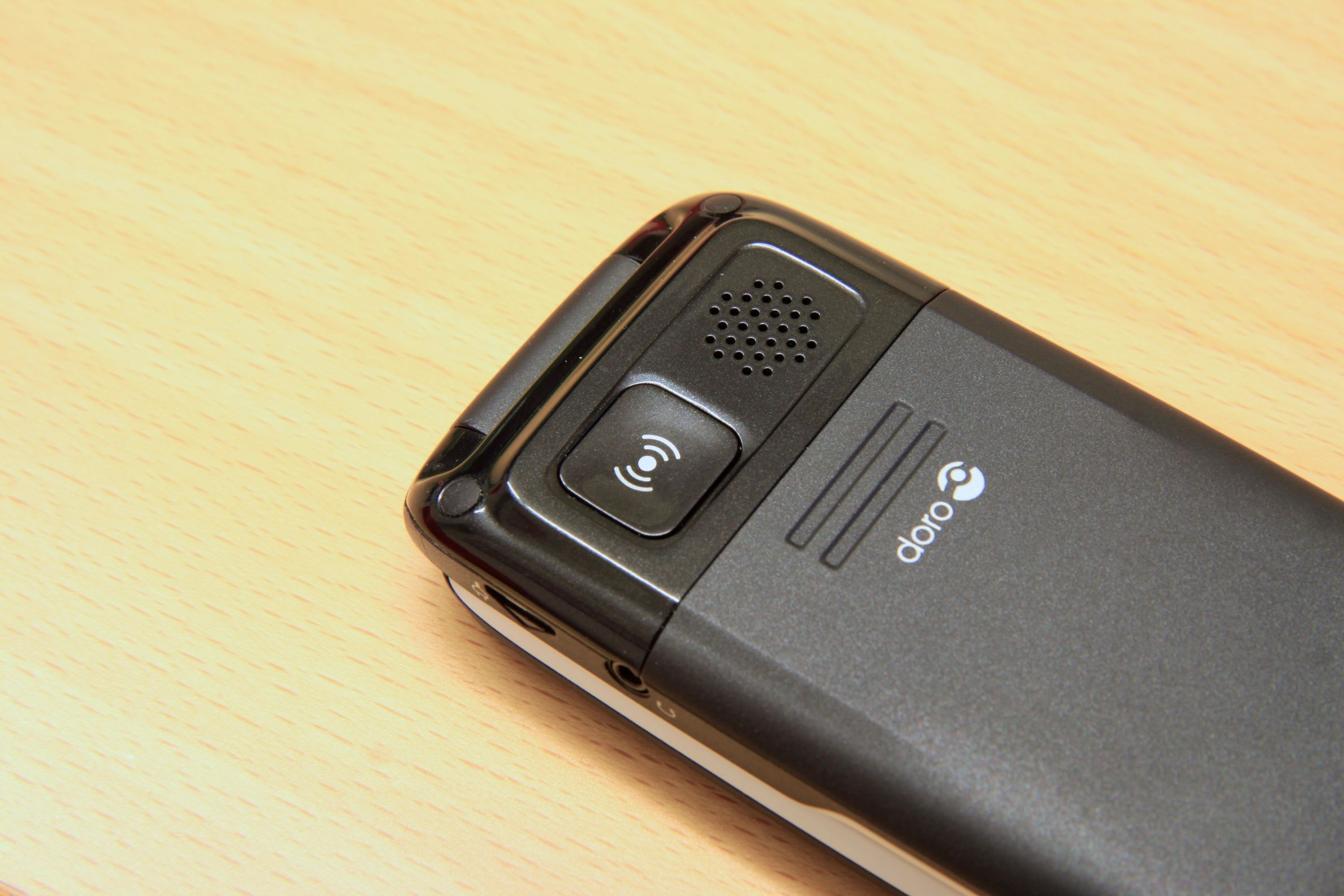 Alarmknappen på baksiden ringer opptil fem ulike telefonnummere, ett av gangen.Foto: Kurt Lekanger, Amobil.no