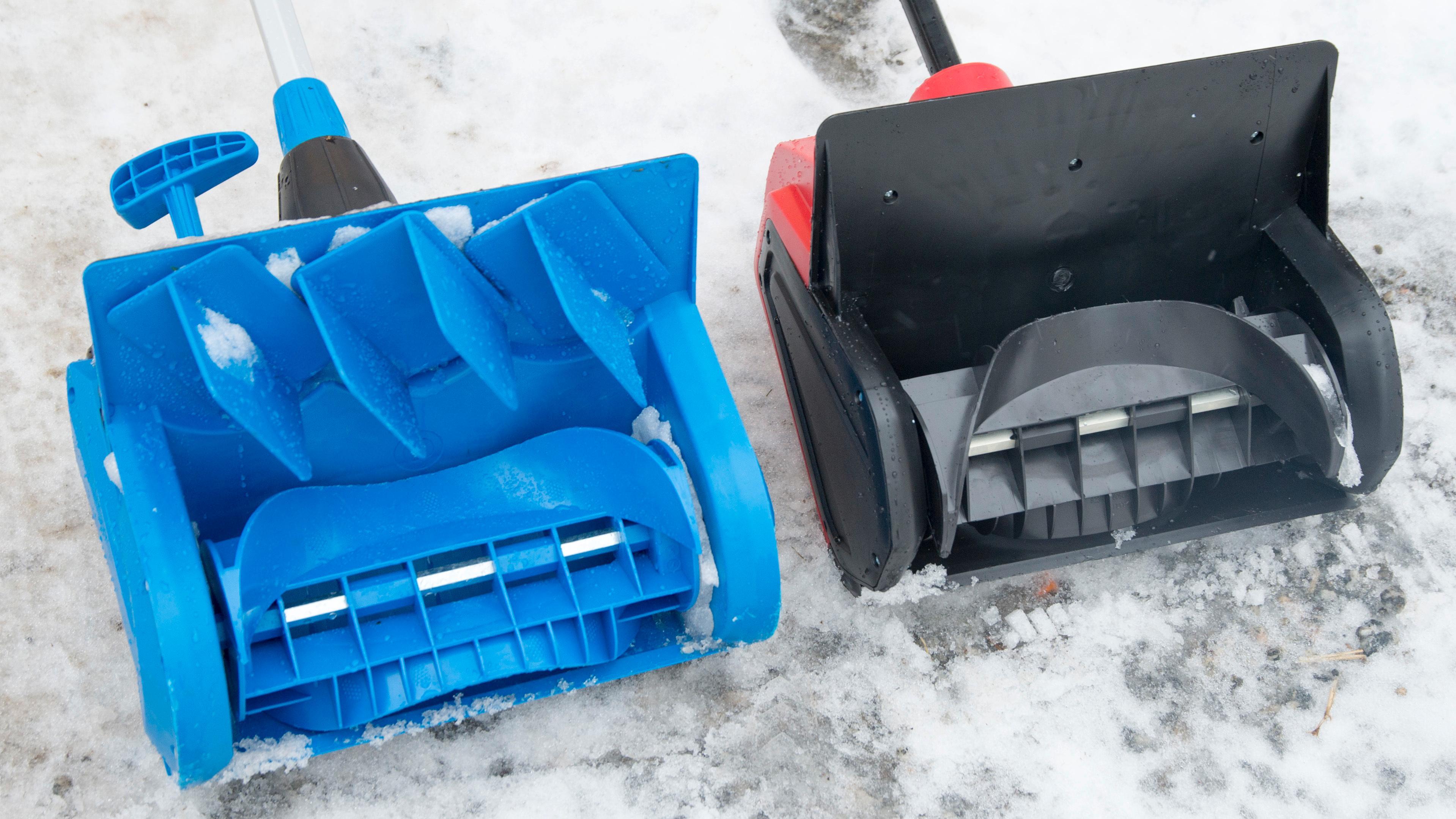 Begge modellene har en skovel av plast. Men ingen gikk i stykker under testingen.