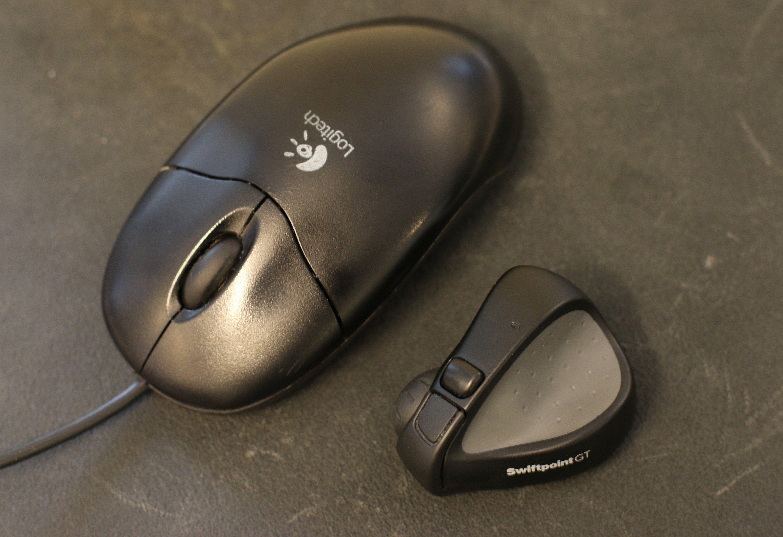 Ikke rart det er uvant. Swiftpoint GT ved siden av en vanlig mus fra Logitech. Foto: Vegar Jansen, Tek.no
