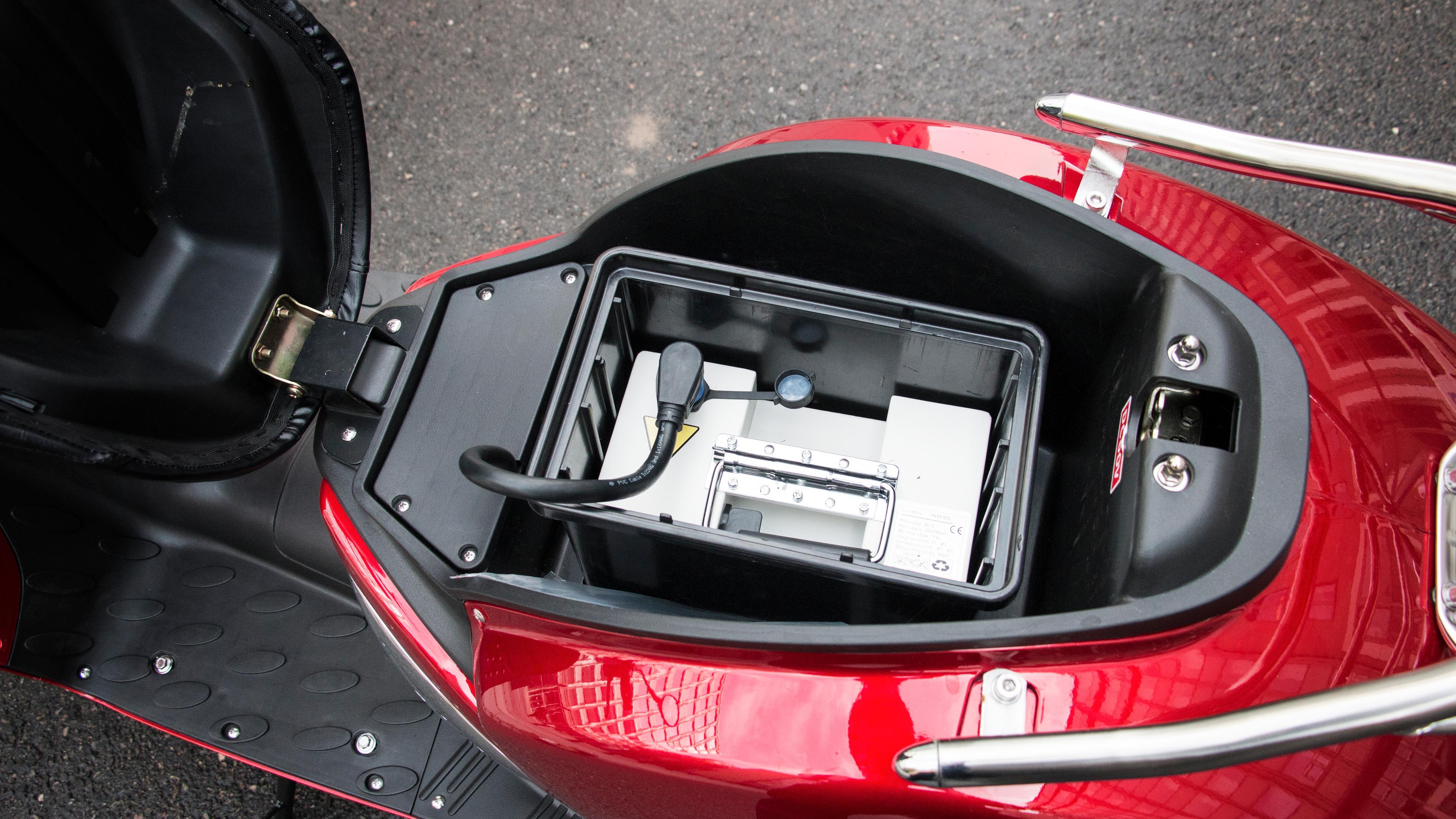 Batteriet sitter plassert under setet. Det gjør at det er plass til minimalt med annet.