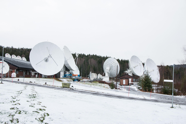 Telenors massive jordstasjon i Nittedal. Èn av parabolene til høyre skal sende signal til Thor 7.