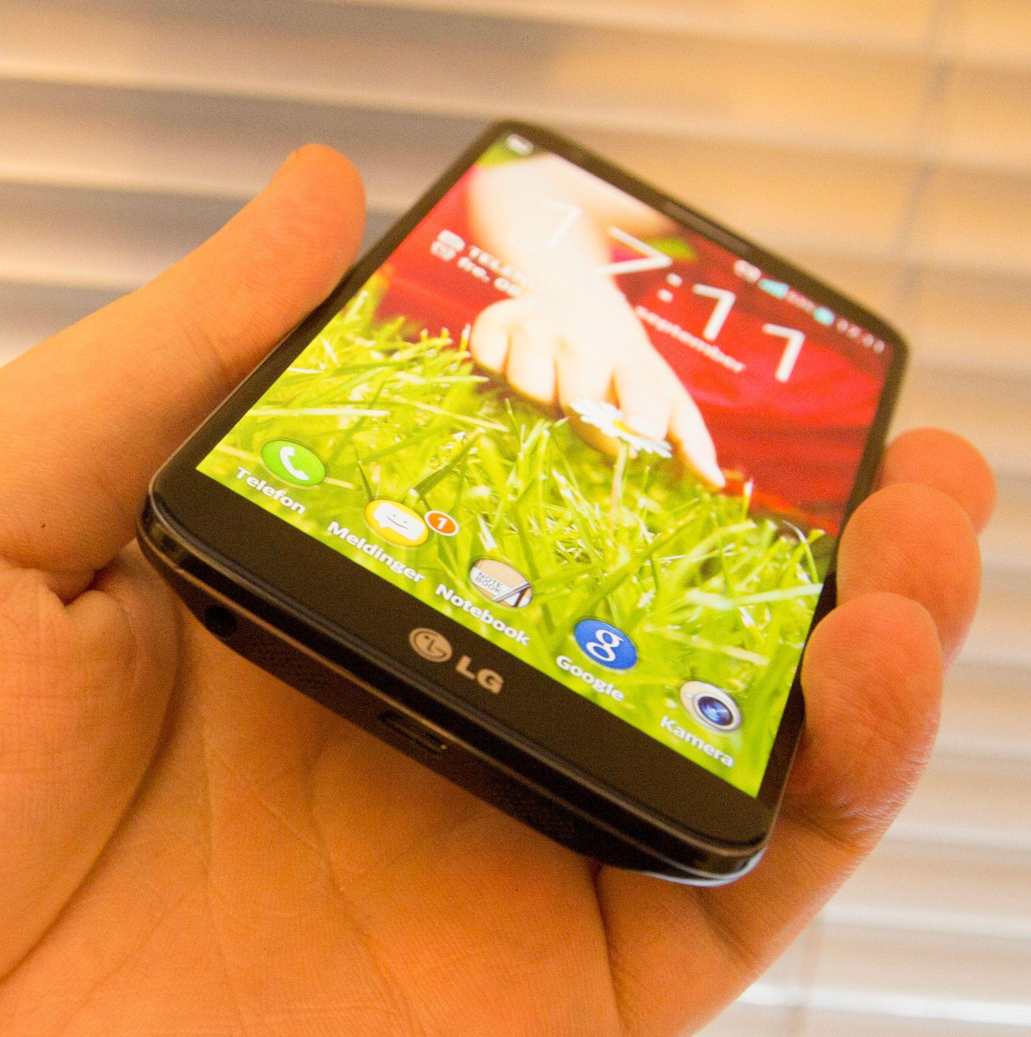 Herdet glass av litt ymse slag er i dag det vanligste å se på mobilskjermer. Her er LGs toppmodell fra i fjor, G2.Foto: Finn Jarle Kvalheim, Amobil.no