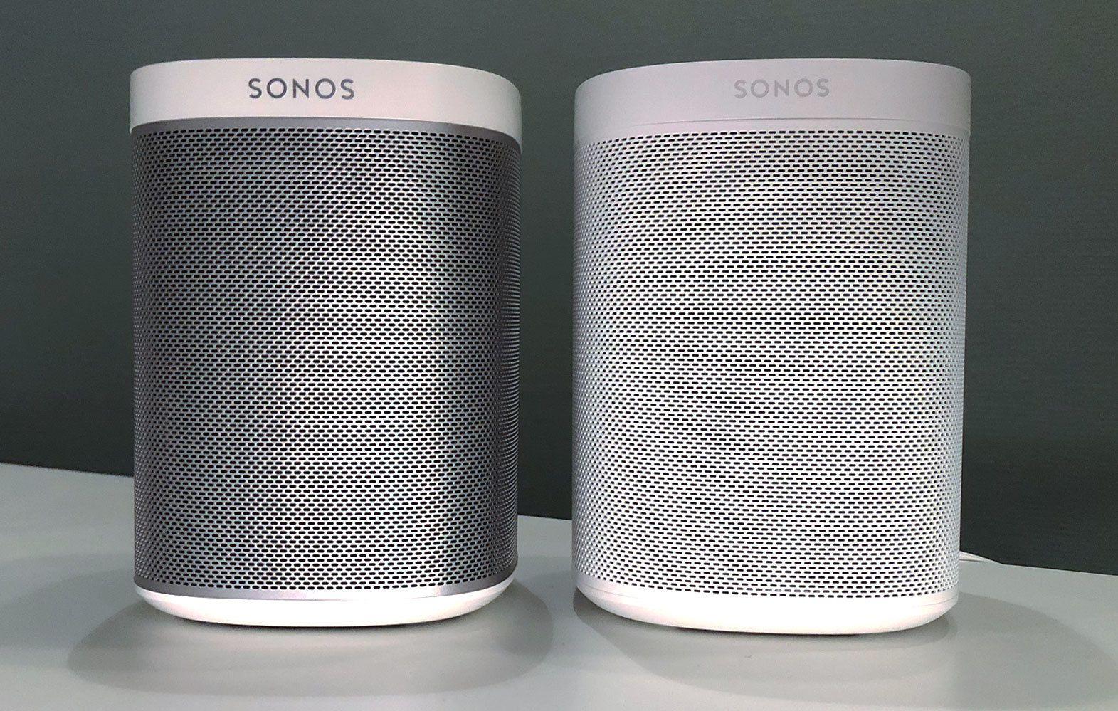 Sonos One kommer enten i helsvart eller i helhvitt, mens Sonos Play:1 til venstre alltid har en metallgrå midtpart.
