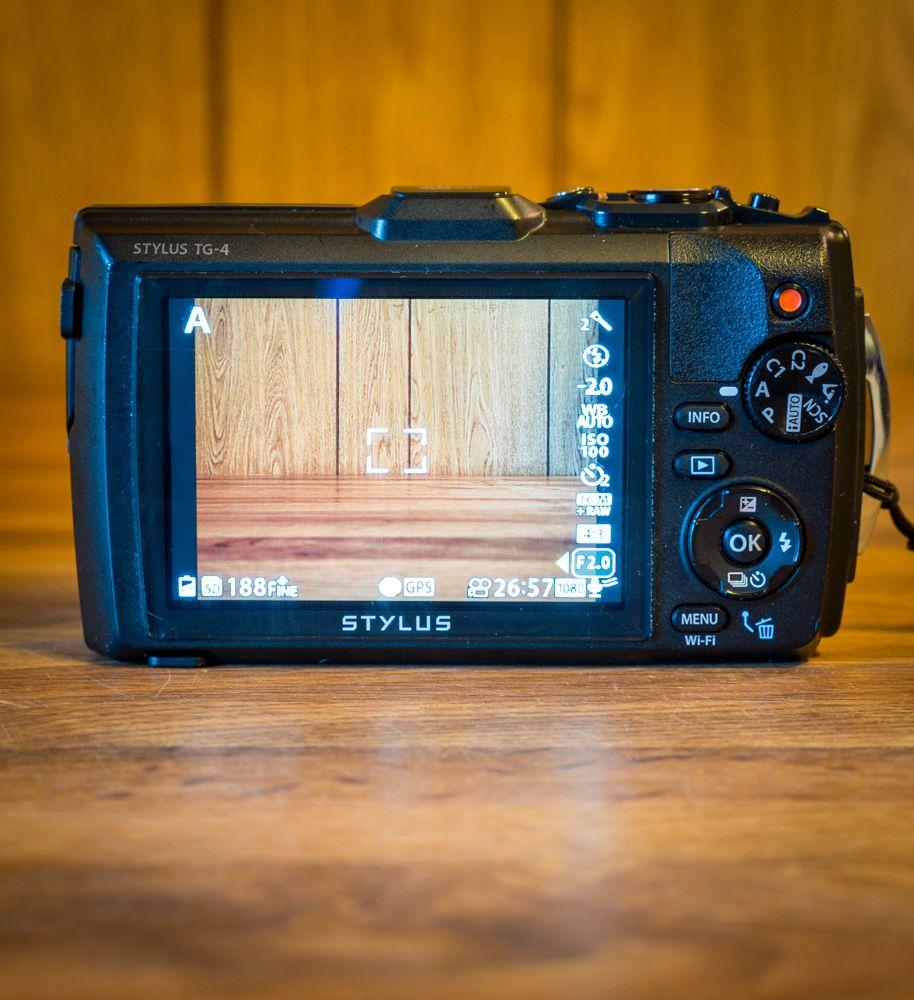 Olympus er det eneste kameraet i testen med eget modus-hjul. Foto: Kristoffer Møllevik, Tek.no