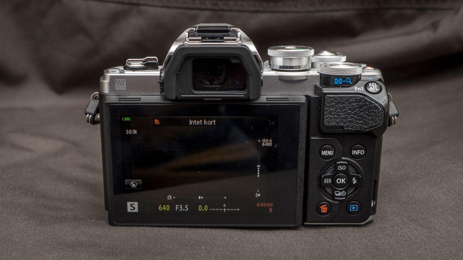 E-M10 III har et godt utvalg fysiske knapper for dem som ønsker å ta større kontroll over fotograferingen. Bilde: Kristoffer Møllevik