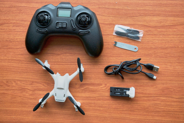 Innholdet i Hubsan X4 Plus-pakken: Hubsan X4 Plus, kontroller, batteri, ekstra propeller (4x), propellverktøy og lader.