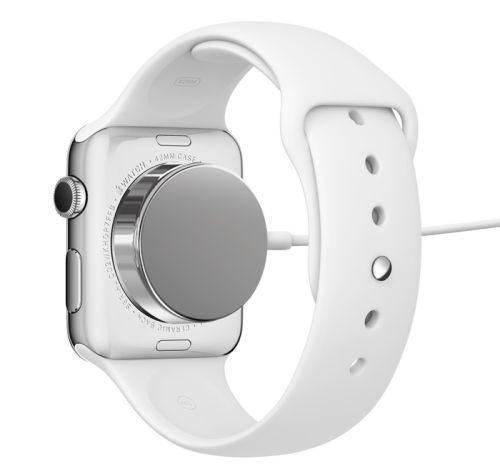 MÅ LADES HVER NATT: Batteriet i Apple Watch holder ifølge Apple ikke mer enn en dag, og må lades om natten. Utfordringer med batterikapasiteten skal være hovedårsaken til at Apple Watch ikke kommer på markedet før våren 2015.Foto: Apple