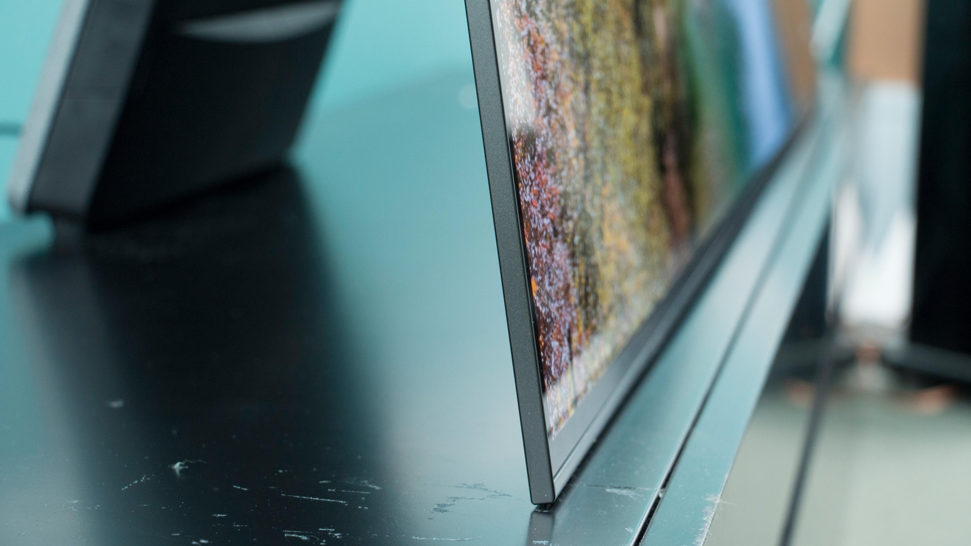 OLED-teknologien gjør at TV-en kan lages meget tynn.