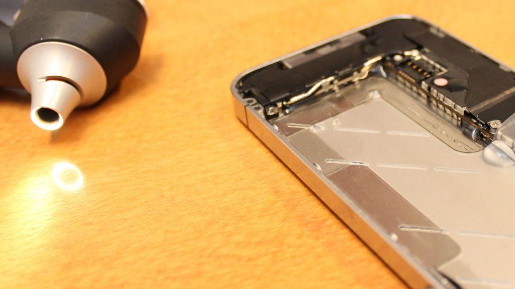 Så fukter vi innsiden av telefonen - fremdeles ingen utslag.Foto: Espen Irwing Swang, Amobil.no