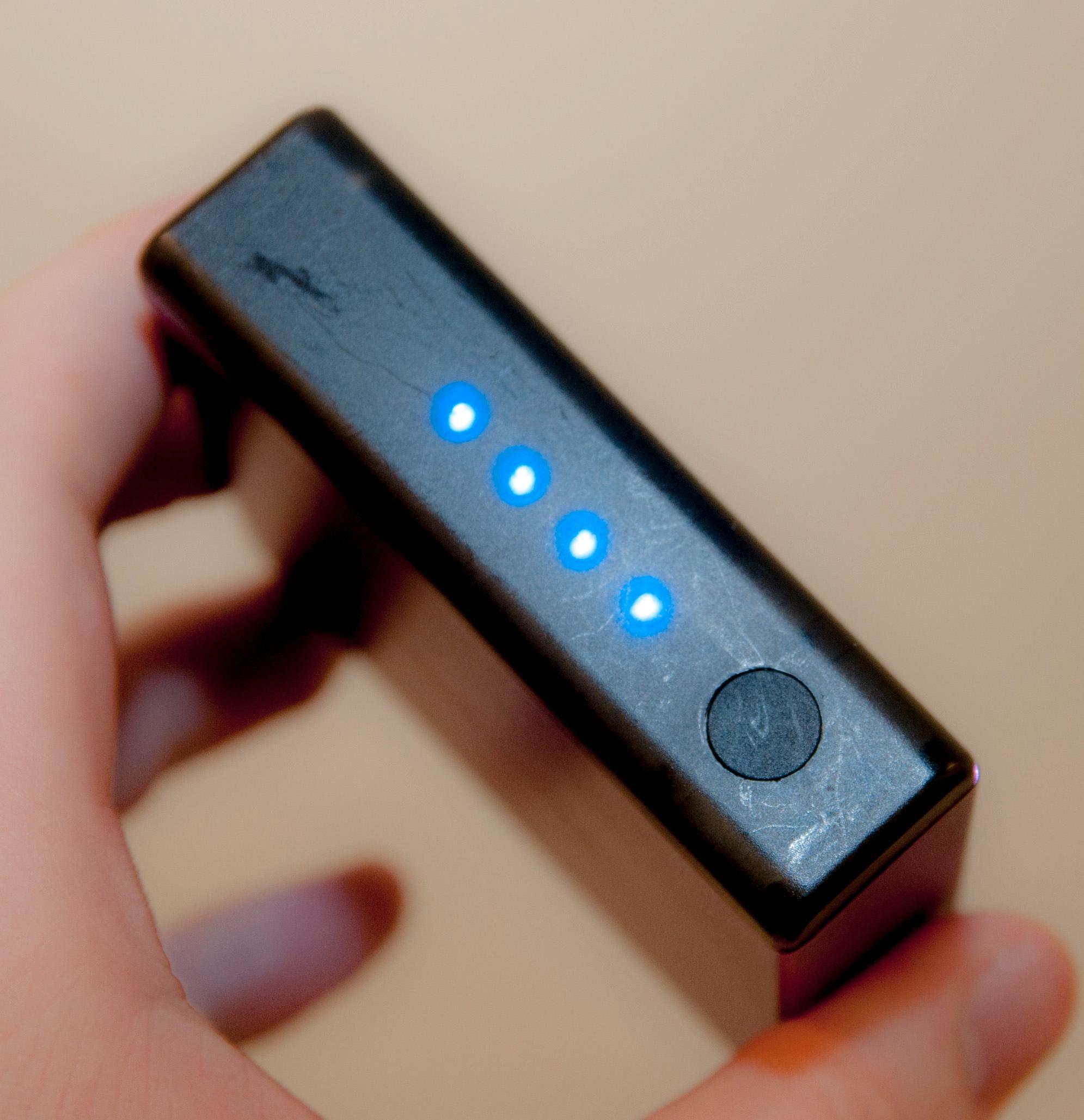 Diodene viser hvor mye strøm du har igjen, og knappen lar deg skru på ladingen.Foto: Finn Jarle Kvalheim, Amobil.no