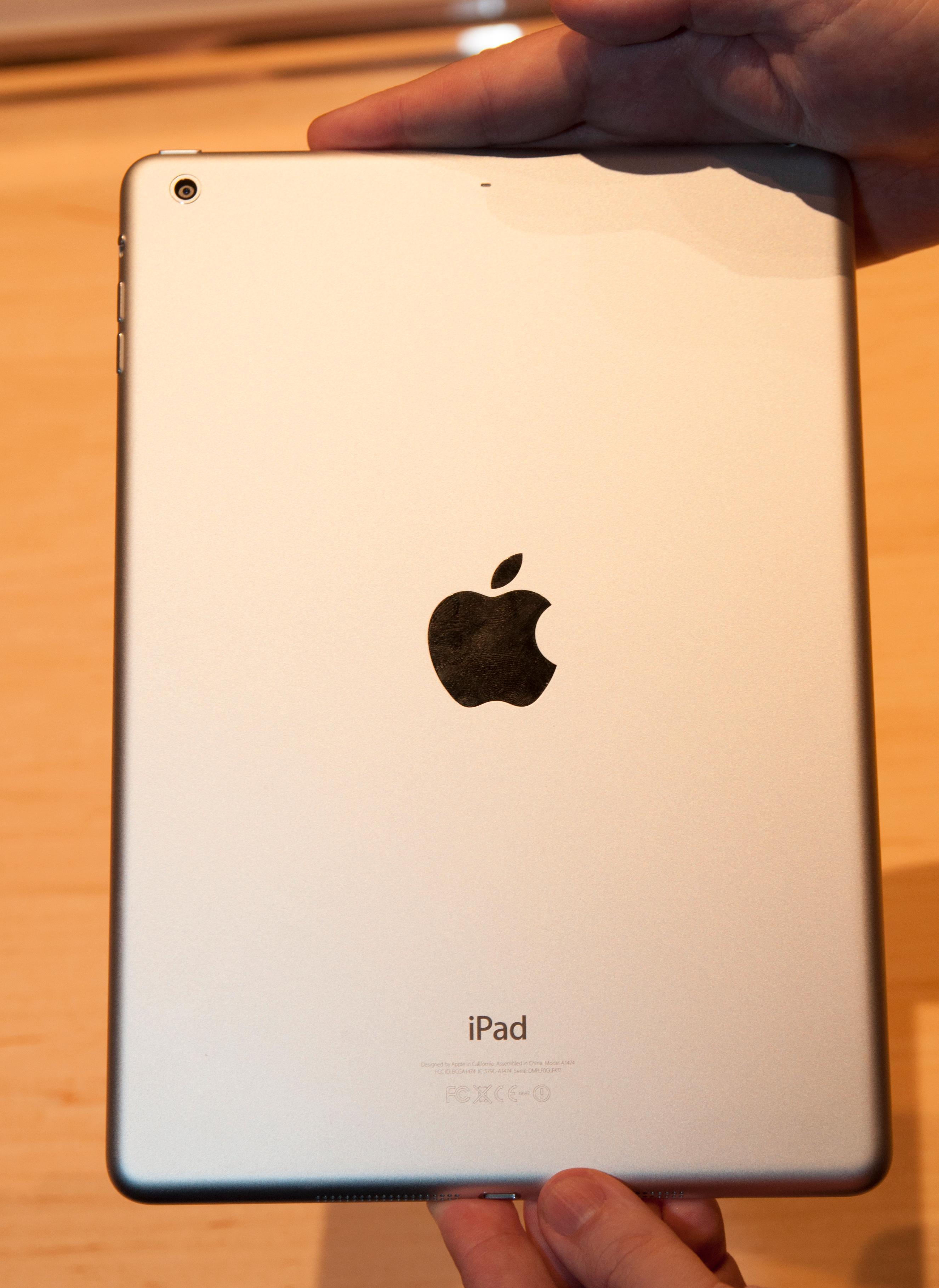 Designen er endret, og nye iPad Air kan også fås i sort. Denne er imidlertid i den tradisjonelle sølvgrå fargen.Foto: Finn Jarle Kvalheim, Amobil.no