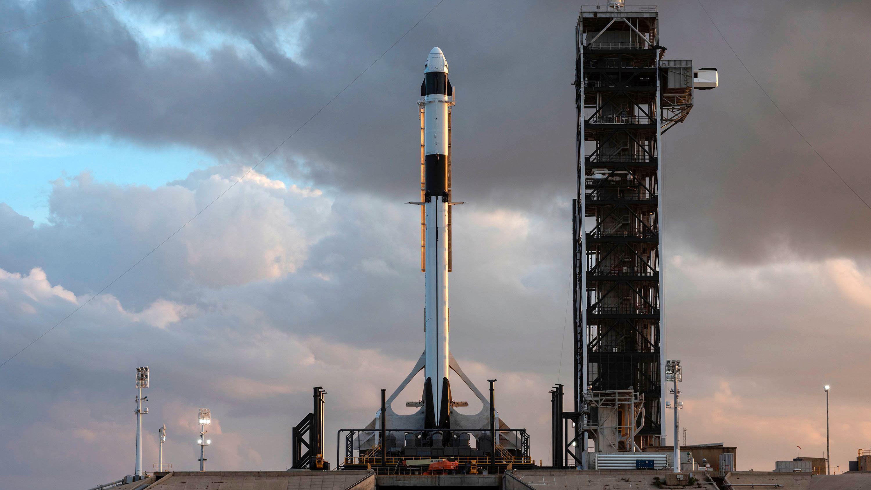 SpaceX' Falcon 9-rakett med en Crew Dragon-kapsel på toppen. Bildet er tatt fra en prøveoppskyting i fjor.